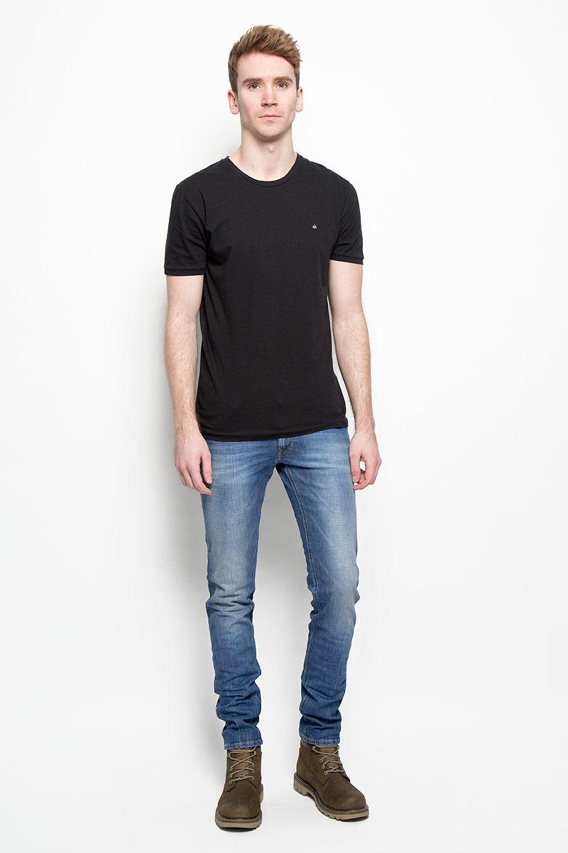 Джинсы мужские Lee Daren, цвет: синий. L706BCQD. Размер 33-34 (48/50-34)L706BCQDМодные мужские джинсы Lee Daren - это джинсы высочайшего качества, которые прекрасно сидят. Они выполнены из высококачественного эластичного хлопка, что обеспечивает комфорт и удобство при носке. Классические прямые джинсы стандартной посадки станут отличным дополнением к вашему современному образу. Джинсы застегиваются на пуговицу в поясе и ширинку на потайных металлических пуговицах, имеются шлевки для ремня. Джинсы имеют классический пятикарманный крой: спереди модель оформлена двумя втачными карманами и одним маленьким накладным кармашком, а сзади - двумя накладными карманами. Модель оформлена эффектом потертости, контрастной прострочкой, металлическими клепками с логотипом бренда. Эти модные и в то же время комфортные джинсы послужат отличным дополнением к вашему гардеробу.