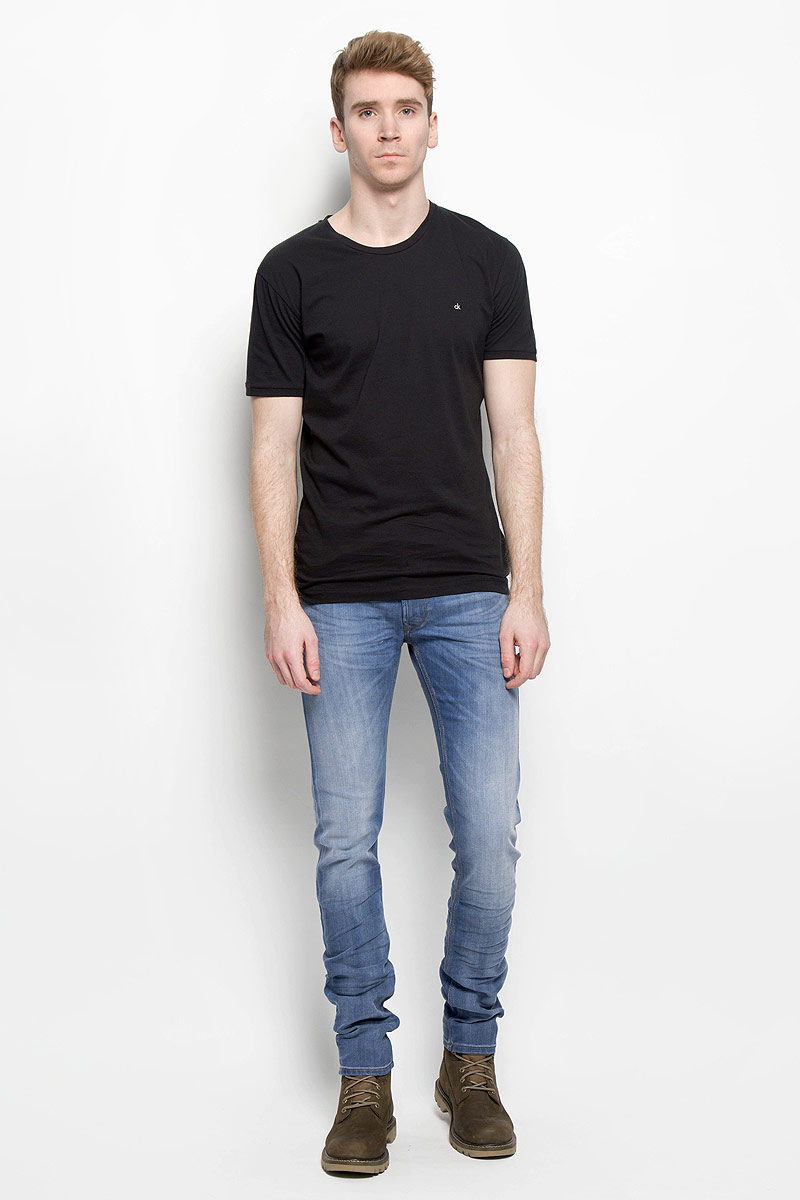 Джинсы мужские Lee, цвет: голубой. L719AAQA. Размер 32-34 (48-34)L719AAQAСтильные мужские джинсы Lee кроя Slim и стандартной посадки застегиваются на металлическую пуговицу в поясе и ширинку на застежке-молнии, имеются шлевки для ремня. Джинсы имеют классический пятикарманный крой: спереди модель дополнена двумя втачными карманами и одним маленьким накладным кармашком, а сзади - двумя накладными карманами. Изделие оформлено контрастной строчкой и эффектом потертостей. Эти модные и в тоже время комфортные джинсы послужат отличным дополнением к вашему гардеробу.