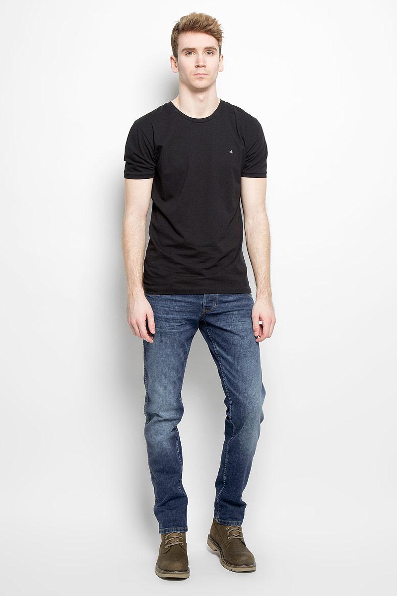 Джинсы мужские Wrangler, цвет: синий. W1846271B. Размер 32-32 (48-32)W1846271BСтильные мужские джинсы Wrangler - джинсы высочайшего качества на каждый день, которые прекрасно сидят. Модель классического кроя и средней посадки изготовлена из высококачественного хлопка с добавлением эластана. Застегиваются джинсы на пуговицу в поясе и ширинку на молнии, имеются шлевки для ремня. Спереди модель дополнена двумя втачными карманами и одним небольшим секретным кармашком, а сзади - двумя накладными карманами. Джинсы оформлены контрастной отстрочкой и легким эффектом потертости. Карманы дополнены кожаной отделкой. Эти модные и в тоже время комфортные джинсы послужат отличным дополнением к вашему гардеробу. В них вы всегда будете чувствовать себя уютно и комфортно.