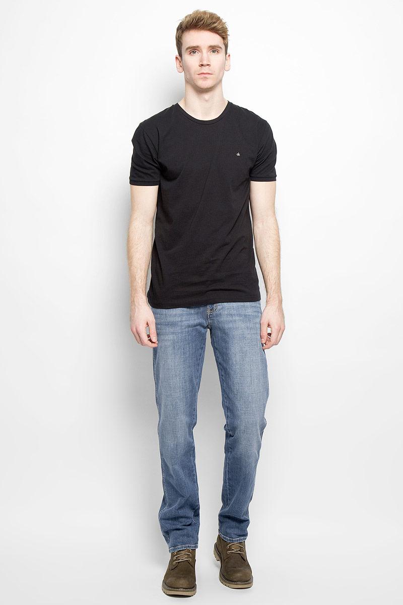 Джинсы мужские Wrangler, цвет: синий. W1219237X. Размер 40-32 (60-32)W1219237XСтильные мужские джинсы Wrangler - джинсы высочайшего качества на каждый день, которые прекрасно сидят. Модель классического кроя и средней посадки изготовлена из высококачественного хлопка с добавлением эластана. Застегиваются джинсы на пуговицу в поясе и ширинку на молнии, имеются шлевки для ремня. Спереди модель дополнена двумя втачными карманами и одним небольшим секретным кармашком, а сзади - двумя накладными карманами. Джинсы оформлены контрастной отстрочкой. Эти модные и в тоже время комфортные джинсы послужат отличным дополнением к вашему гардеробу. В них вы всегда будете чувствовать себя уютно и комфортно.