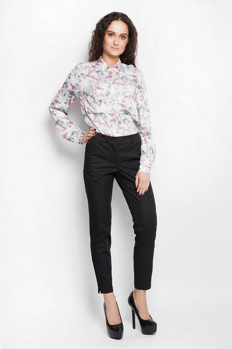 Брюки женские Finn Flare, цвет: черный. B16-11022. Размер XS (42)B16-11022Стильные женские брюки Finn Flare, выполненные из 100% хлопка, великолепно дополнят ваш образ и позволят подчеркнуть свой неповторимый стиль. Модель стандартной посадки и зауженного кроя застегивается на ширинку на застежке-молнии, а также на пуговицу в поясе. Изделие дополнено двумя втачными карманами спереди и имитацией карманов сзади. Имеются шлевки для ремня. Штанины оснащены декоративными разрезами снизу.Эти модные и в тоже время комфортные брюки послужат отличным дополнением к вашему гардеробу. В них вы всегда будете чувствовать себя уютно и уверенно.