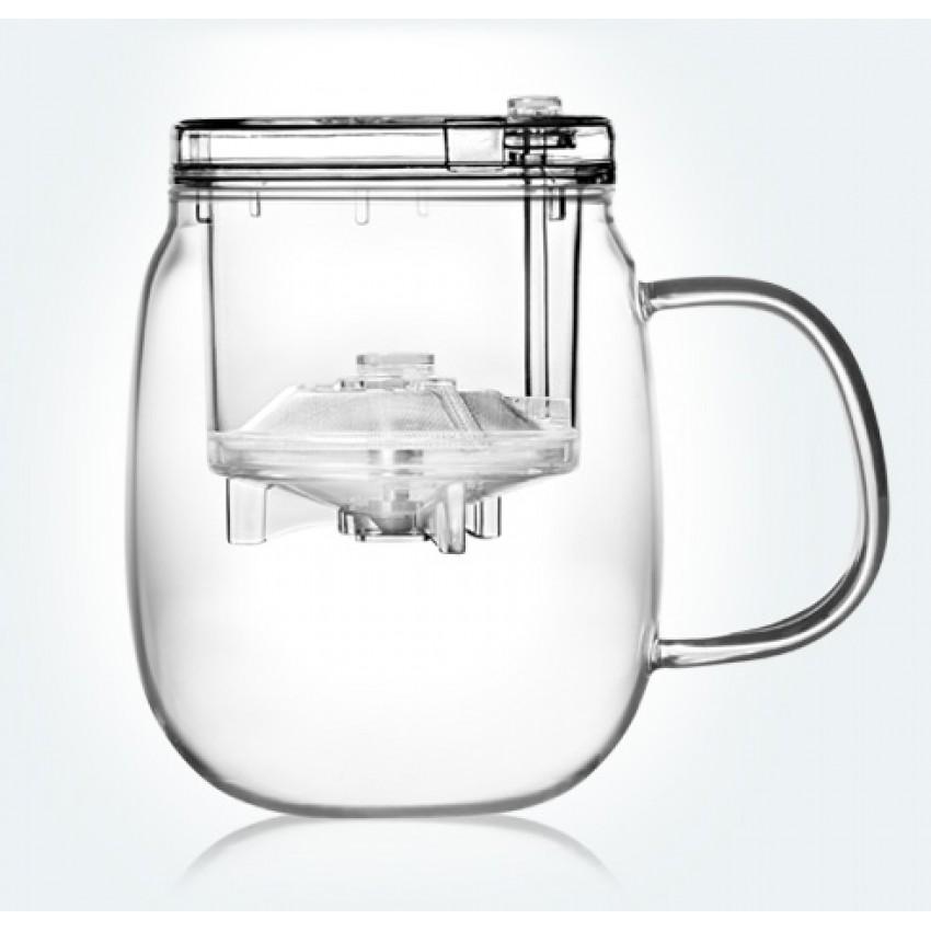"""Заварочная кружка """"Samadoyo"""" - простой и в то же время профессиональный инструмент для того, чтобы заварить  ваш любимый чай. Уникальный механизм слива чайного настоя позволяет вам получить напиток любой степени  крепости. И что очень важно - нет необходимости покупать отдельно чайник и кружку. Это нехитрое устройство  заменит вам сразу два этих предмета.  Такая технология заваривания чая повторяет основной смысл чайной церемонии - получить напиток  максимального качества. Однако, имеет перед ней два существенных преимущества - мобильность и простоту.  Кружку можно не только комфортно использовать на работе или в офисе, но и взять с собой в путешествие, чтобы  ваш любимый чай был всегда с вами.  Закаленное стекло выдерживает до 180°С, что позволяет не беспокоиться относительно слишком горячего  кипятка. Заварочная колба выполнена из специального пищевого пластика, имеет металлическую сетку-фильтр,  предотвращающую попадание чаинок в настой, а специальный запатентованный клапан сливает все без остатка  в кружку. Края крышки колбы имеют специальные бортики. Это очень удобно в тех случаях, когда колбу после  заваривания нужно поставить на стол и при этом не пролить чай. Колбу по необходимости можно купить  отдельно.  Несколько преимуществ кружки:  - Чай не лежит долго в горячей воде, а значит, сохраняет свои свойства;  - Кнопка слива позволяет получить напиток любой степени крепости;  - Чайный настой всегда однородный и всегда вкусный;  - В такой кружке хороший чай заваривается до 15 раз;  - Кружка легко моется и долго остается исключительно чистой;  - Кружка очень легка - ее можно брать в поездки;  - Нет необходимости покупать отдельно чайник и кружку - это устройство заменит вам сразу два этих предмета.   Объем кружки: 600 мл.  Объем колбы: 150 мл."""
