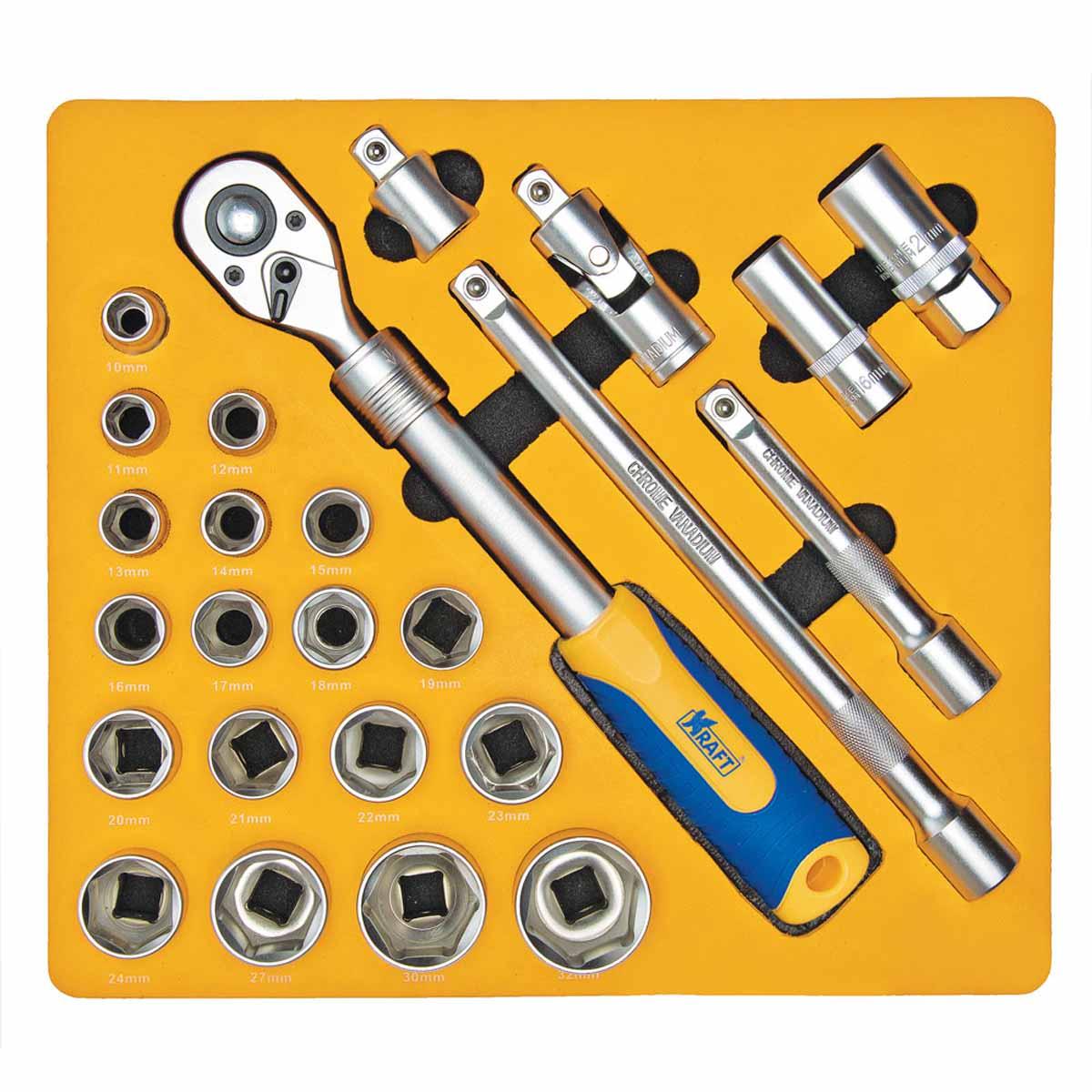 Набор инструментов Kraft, 1/2, 25 предметов. КТ 700617КТ 700617Набор инструментов Kraft предназначен для проведенияразличных слесарно-монтажных и ремонтныхработ при обслуживании автомобиля.Весь инструмент производится из высококачественныхсплавов, обеспечивающих долгое и надежное применение.Насадки выполнены из хромованадиевой стали. Пластиковаятрещоточная рукоятка снабженапротивоскользящими накладками и отверстием дляподвеса. Удобная двухкомпонентная рукоятка придаеткомфорт и легкость любым слесарно-монтажным операциям. Весь инструмент сертифицирован и соответствует либопревосходит самые высокие требования стандартовпрофессионального инструмента.Комплектация:- Торцевые головки 1/2 6 граней (18 шт): 10; 11; 12; 13; 14; 15;16; 17; 18; 19; 20; 21; 22; 23; 24; 27; 30; 32; - Торцевые головки свечные (2 шт): 16; 21; - Удлинитель 1/2 (2 шт): 125; 250 мм; - Кардан шарнирный 1/2; - Переходник 3/8 (F) х 1/2 (М);- Рукоятка трещоточная с быстрым сбросом 1/2телескопическая 305-445 мм (72 зубца, двухкомпонентная). Набор инструментов поставляется с сумкой для переноски вкомплекте.