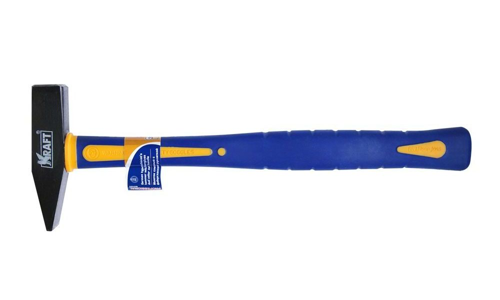 Молоток слесарный Kraft, с фиберглассовой рукояткойКТ 700702Молоток слесарный Kraft предназначен для выполнения слесарных работ. Он имеет кованный металлический боек с ровной и сужающейсяповерхностью, которая покрыта лаком, и улучшенной системой крепления к ручке. Применяется для гибки металла, вбивания гвоздей, осадкишпонок. Острой стороной можно забивать маленькие гвозди. Молоток оснащен удобной рукояткой из фибергласса.Вес молотка: 300 г.