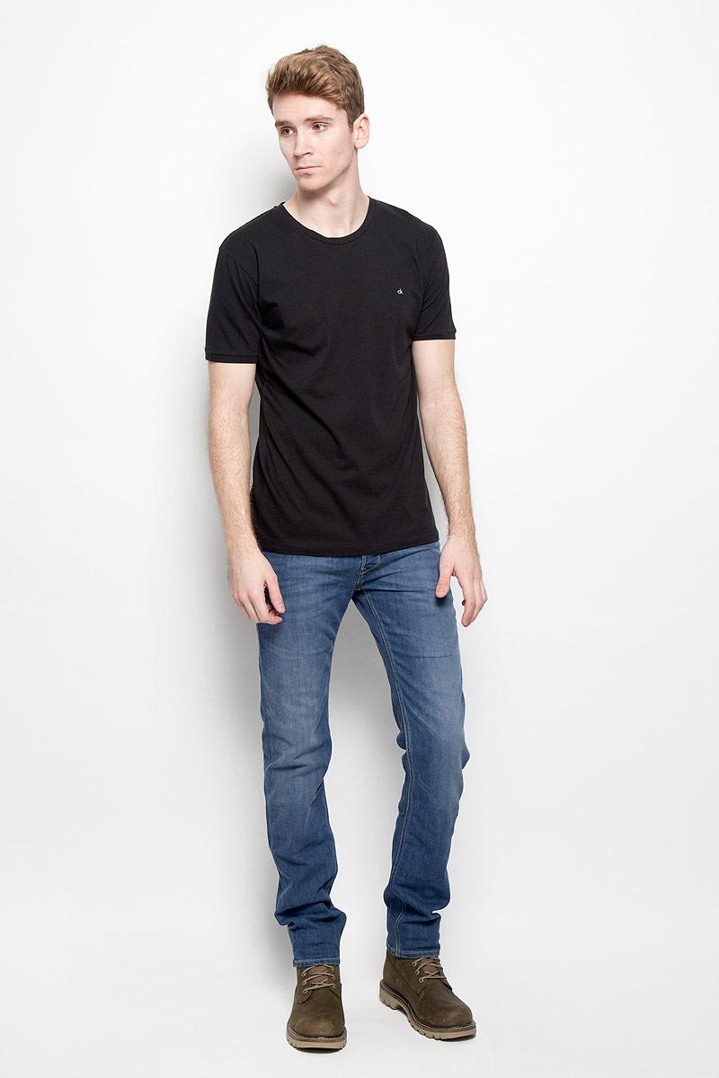 Джинсы мужские Lee Powell, цвет: синий. L704AAUI. Размер 32-34 (48-34)L704AAUIМужские джинсы Lee Powell идеально подойдут вам для отдыха и прогулок. Изготовленные из эластичного хлопка, они мягкие и приятные на ощупь, не сковывают движения и позволяют коже дышать, обеспечивая наибольший комфорт. Модель застегивается на металлические пуговицы, имеет ширинку и шлевки для ремня. Спереди расположены два втачных кармана и один маленький накладной, а сзади - два накладных кармана. Изделие с эффектом потертости оформлено прострочкой и перманентными складками.Современный дизайн и расцветка делают эти джинсы модным и стильным предметом мужской одежды. Такая модель подарит вам комфорт в течение всего дня.