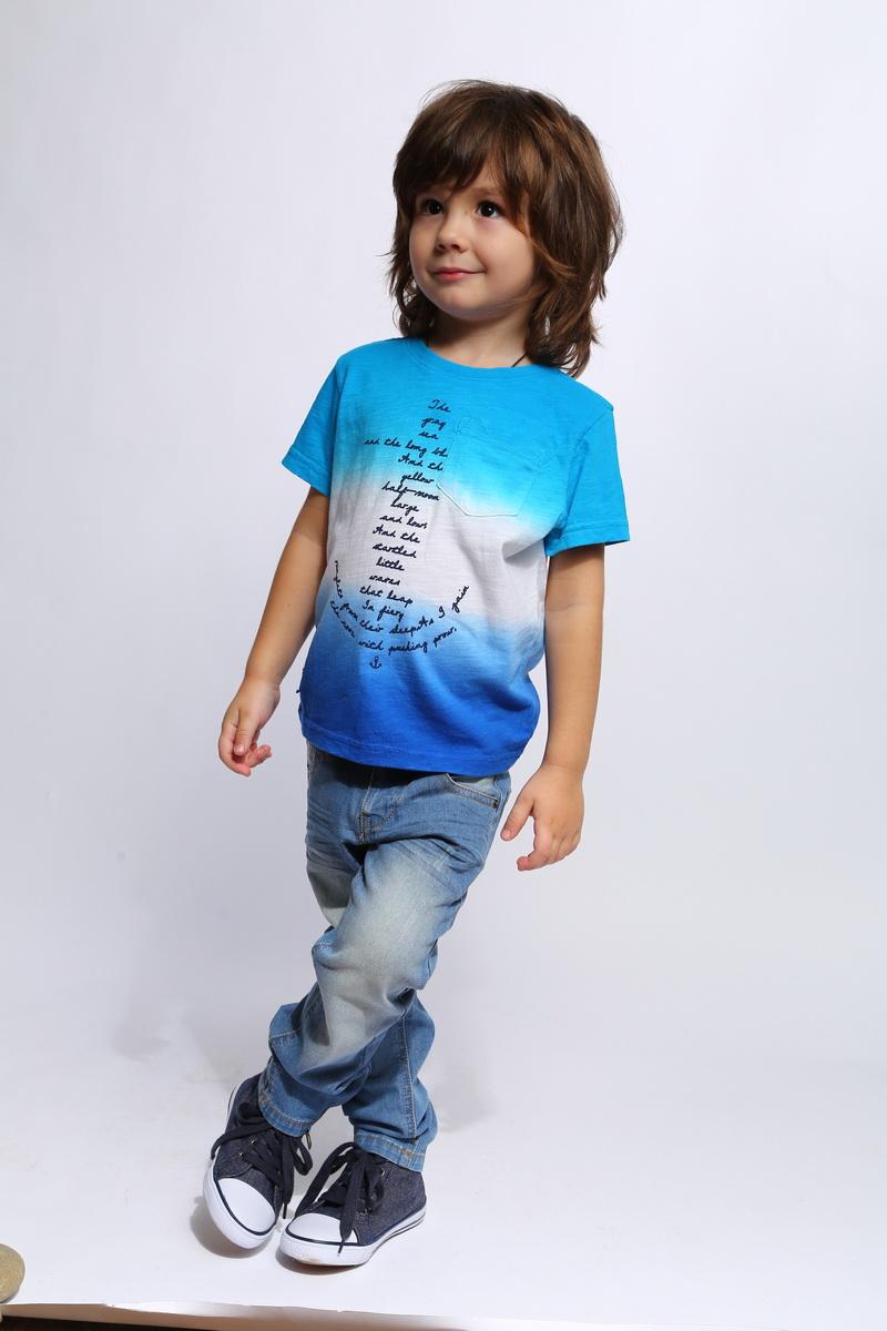 Футболка для мальчика Gino de Luka, цвет: голубой, темно-синий. SS16-CJS-BTS-097. Размер 122/128SS16-CJS-BTS-097Футболка для мальчика Gino de Luka станет отличным дополнением к гардеробу юного модника. Изготовленная из натурального хлопка, она очень мягкая и приятная на ощупь, не сковывает движения и позволяет коже дышать, обеспечивая наибольший комфорт. Футболка с круглым вырезом горловины и короткими рукавами оформлена принтовыми надписями. Вырез горловины дополнен трикотажной резинкой. На груди расположен накладной кармашек. Изделие украшено сбоку небольшой нашивкой с названием бренда.Яркий дизайн, актуальная цветовая гамма и интересный декор делают эту футболку стильным предметом детской одежды. В ней ребенок будет чувствовать себя уютно и комфортно, и всегда будет в центре внимания!