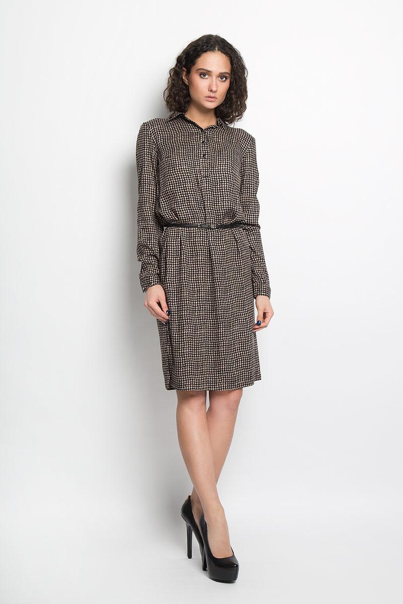 Платье Finn Flare, цвет: черный, бежевый. B16-12038. Размер L (48)B16-12038Элегантное платье Finn Flare выполнено из высококачественной 100% вискозы. Такое платье обеспечит вам комфорт и удобство при носке.Модель с длинными рукавами и отложным воротником выгодно подчеркнет все достоинства вашей фигуры благодаря свободному струящемуся крою.Платье-миди застегивается на пуговицы у горловины, манжеты рукавов также дополнены пуговицами. В комплект входит узкий ремень, великолепно дополняющий платье. Изделие украшено контрастным принтом в виде волнистых полосок. Изысканное платье-миди создаст обворожительный и неповторимый образ.Это модное и удобное платье станет превосходным дополнением к вашему гардеробу, оно подарит вам удобство и поможет вам подчеркнуть свой вкус и неповторимый стиль.