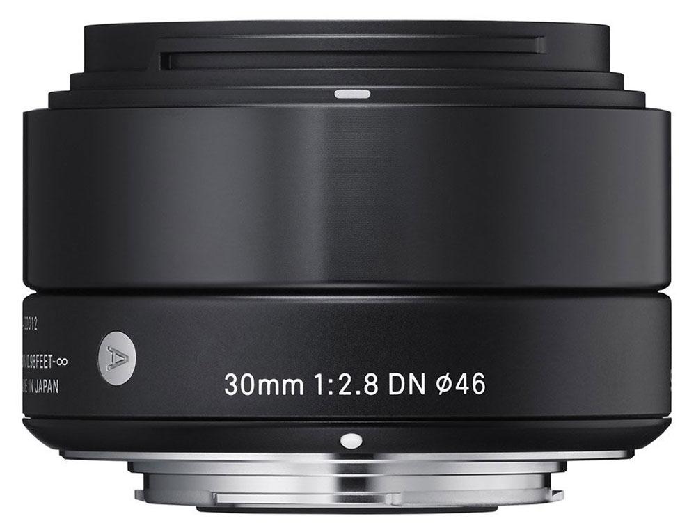 Sigma AF 30mm f/2.8 DN/A, Black объектив для Micro 4/333B963Изысканный и утонченный дизайн делает объектив Sigma AF 30mm f/2.8 DN/Aеще более привлекательным. Разработанный на основе передовых оптических технологий, объектив включает в свою конструкцию двусторонние асферические линзы, что максимально улучшает производительность беззеркальных камер.Данная модель придется по вкусу пользователям, уделяющим внимание творческой составляющей при создании снимков, в то же время ценящим многофункциональность оптики.Легкая и компактная конструкция объектива имеет длину 40,5 мм и прекрасно сочетается с габаритами беззеркальных фотоаппаратов. Фокусное расстояние в эквиваленте равно 60 мм, что делает модель совершенной для портретной съемки, а также неожиданных фотографий. Кроме этого, значительно улучшена функциональность. Байонет, выполненный из латуни, обеспечивает надежное крепление, а специальное покрытие, нанесенное на его поверхность, гарантирует долговечность.Использование высококачественных асферических элементов обеспечивает превосходное исправление искажений и других видов аберрации. Система внутренней фокусировки корректирует колебания для поддержания качества изображения независимо от положения фокуса. Закругленная 7-лепестковая диафрагма создает привлекательное размытие изображения, находящегося не в фокусе.Объектив имеет линейный двигатель AF, который перемещает линзу без необходимости использования дополнительных механических частей. Эта система обеспечивает быструю и бесшумную автофокусировку, что позволяет использовать Sigma AF 30mm f/2.8 DN/A как для записи видео, так и для съемки фотографий.