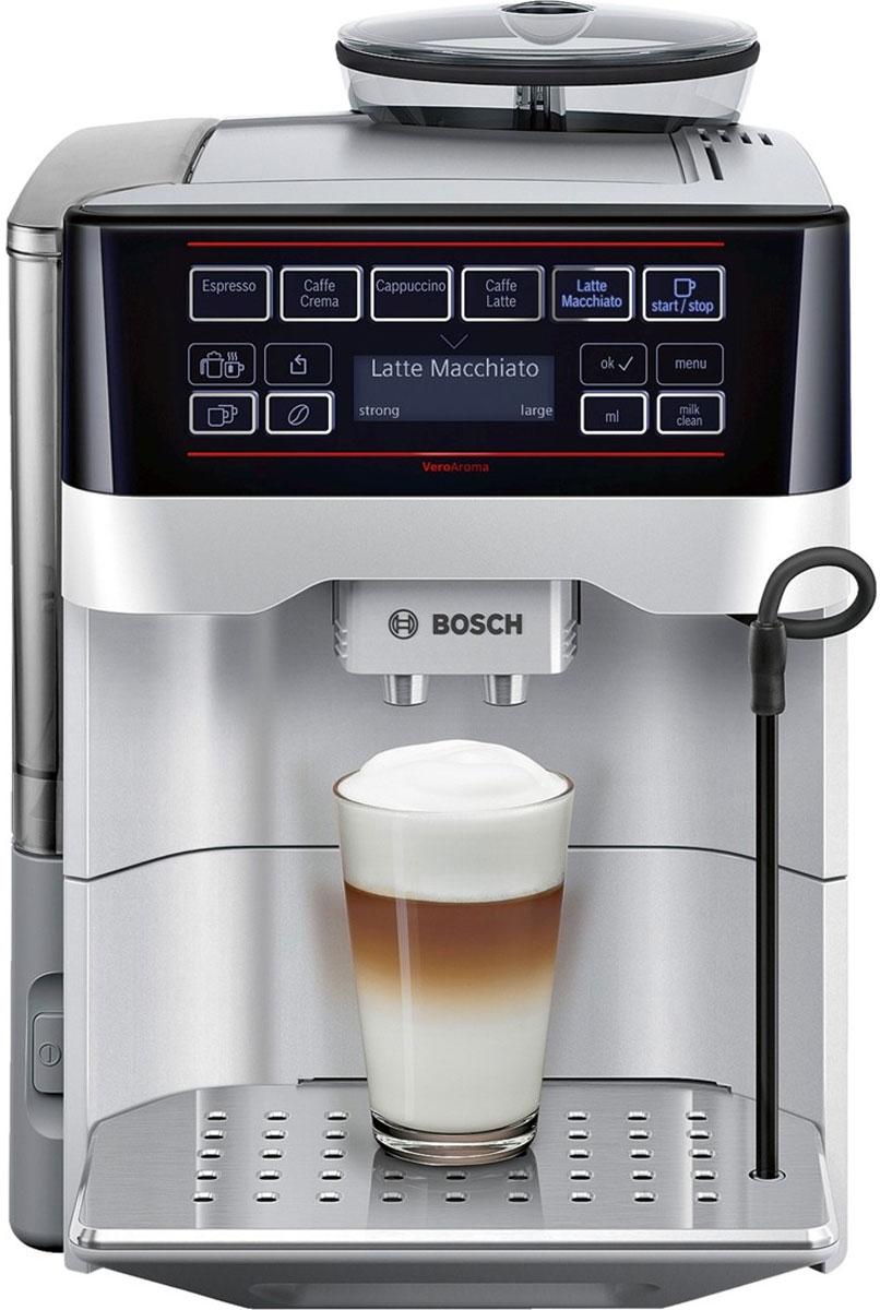 Bosch TES60321RW VeroAroma кофемашинаTES 60321RWBosch TES 60321RW VeroAroma - это разнообразие вкусных кофейных напитков быстро и просто. Нажатием одной кнопки вы приготовите выбранный рецепт сразу в две чашки: для себя и другаЭта кофемашина подарит вам многообразие рецептов приготовления кофе: эспрессо, кафе крема, капучино, кафе латте, латте макиато и многих других. Изысканные напитки готовятся вкусно и быстро. Инновационный проточный нагреватель Intelligent Heater inside обеспечивает правильную температуру заваривания кофе и полноценный аромат благодаря технологии SensoFlowSystem. Система MilkClean делает необыкновенно простой чистку молочной системы: достаточно просто нажать одну кнопку. Гигиенично, быстро и просто.Bosch TES 60523RW VeroAroma оснащена CeramDrive - высококачественной керамической мельницей, сделанной из износостойкой керамики.Функция OneTouch - приготовление напитков одним нажатием кнопкиAromaDoubleShot приготовление напитка двойной крепостиИндивидуальная регулировка температуры напитка: кофе (3 уровня)Отсек для молотого кофеСъемный заварочный блокПрограмма автоматического ополаскиванияКапучинатор можно мыть в посудомоечной машинеСъемный отсек для кофейной гущи, дренажный поддон для капель, решетка