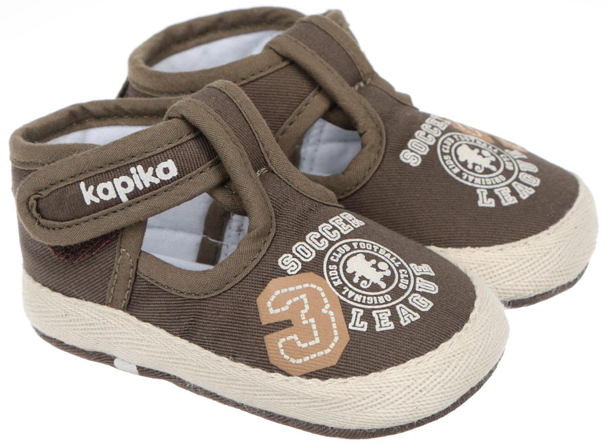 Пинетки для мальчика Kapika, цвет: темно-оливковый. 10088. Размер 1610088Стильные и модные пинетки для мальчика Kapika великолепно дополнят наряд маленького модника. В них ваш малыш будет чувствовать себя комфортно и непринужденно. Мягкий, приятный на ощупь и умеренно эластичный хлопковый материал бережно удерживает ножку ребенка и обеспечивает необходимую циркуляцию воздуха и гигроскопичность. Модель дополнена хлястиком с липучкой, который надежно фиксирует пинетки на ножке ребенка и позволяет регулировать их объем. Пинетки декорированы принтом с надписями на английском языке. Милые, нежные, удобные и анатомически правильные для формирующейся ножки детские пинетки станут любимой обувью вашего малыша.