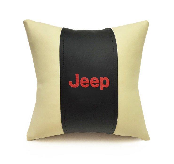 Подушка декоративная Auto premium JEEP, цвет: черно-бежевый. 3706837068Подушка в машину с вышивкой автологотипа - отличное дополнение для салона Вашего авто. Мягкая подушка изготовлена из матовой экокожи будет удобна пассажиру. К тому же не перестанет радовать Вас своим видом. Оптимальный размер подушки (30х30) не загромождает салон автомобиля.