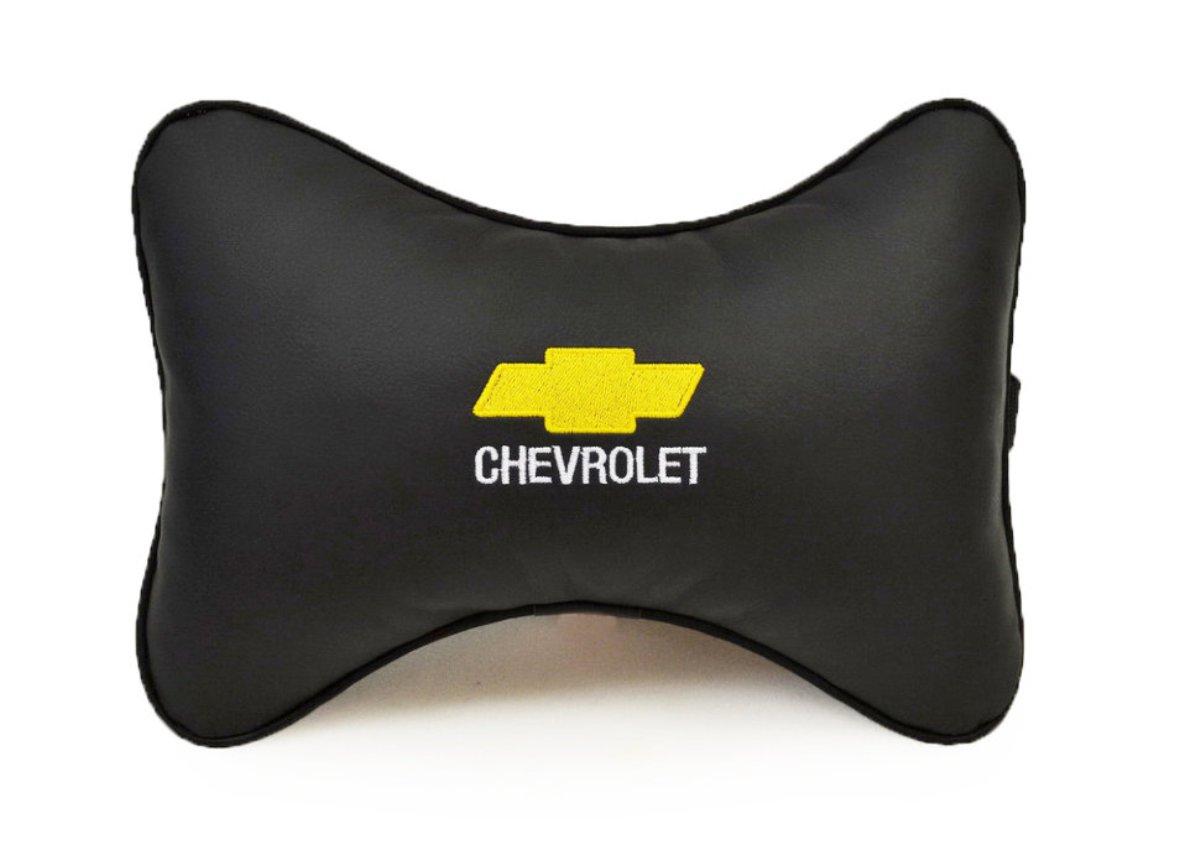 Подушка на подголовник Auto Premium Chevrolet, цвет: черный37007Подушка на подголовник Auto Premium Chevrolet - это прежде всего лучший способ создать комфорт для шеи и головы во время пребывания в автомобильном кресле. Большинство штатных подголовников устроены так, что до них попросту не дотянуться. Данный аксессуар полностью решает эту проблему, создавая мягкую ортопедическою поддержку. Подушка крепится к сиденью, а это значит один раз поставил - и забыл. Меньше утомляемость - выше внимание и концентрация на дороге. Подушка одинаково удобна для пассажира и водителя. Выполнена из экокожи, а значит имеет повышенный ресурс и прочность. Легко чистится влажной тряпкой, не требует стирки, не впитывает пыль и грязь. Экокожа дышащий материал, а значит будет комфортно и летом.