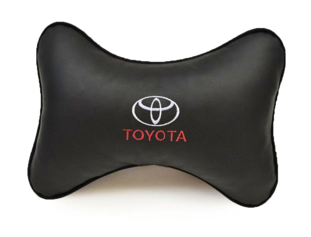 Подушка на подголовник Auto premium TOYOTA, цвет: черный. 3701337013Подушка на подголовник в машину с вышивкой автологотипа отличное дополнение для салона вашего авто. Мягкая подушка, изготовленная из матовой экокожи, будет удобна пассажиру. Она долго не перестанет радовать вас своим видом. Оптимальный размер подушки не загромождает салон автомобиля.