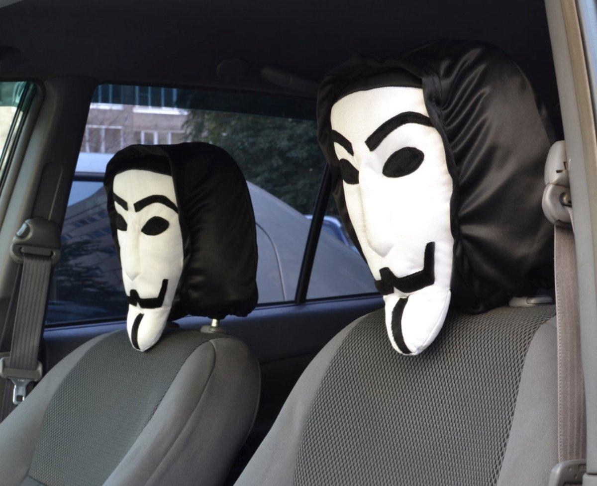 Чехол на подголовник Auto Premium Анонимус77029Чехол на подголовник Auto Premium Анонимус - это простой способ выделиться в потоке машин. Даже когда машина просто стоит на стоянке Вау-эффект вам обеспечен. Привычный силуэт знаком многим и каждый обратит внимание. Создается ощущение, что в машине сидит знаменитый персонаж. Этот чехол на подголовник можно использовать в качестве оригинального подарка или для своего авто, чтобы развлечь себя и близких. Ведь многие знают, как выглядит маска Гая Фокса, или сам внешний вид. Этот чехол на подголовник выполнен из полиэстеровой ткани повышенной долговечности.