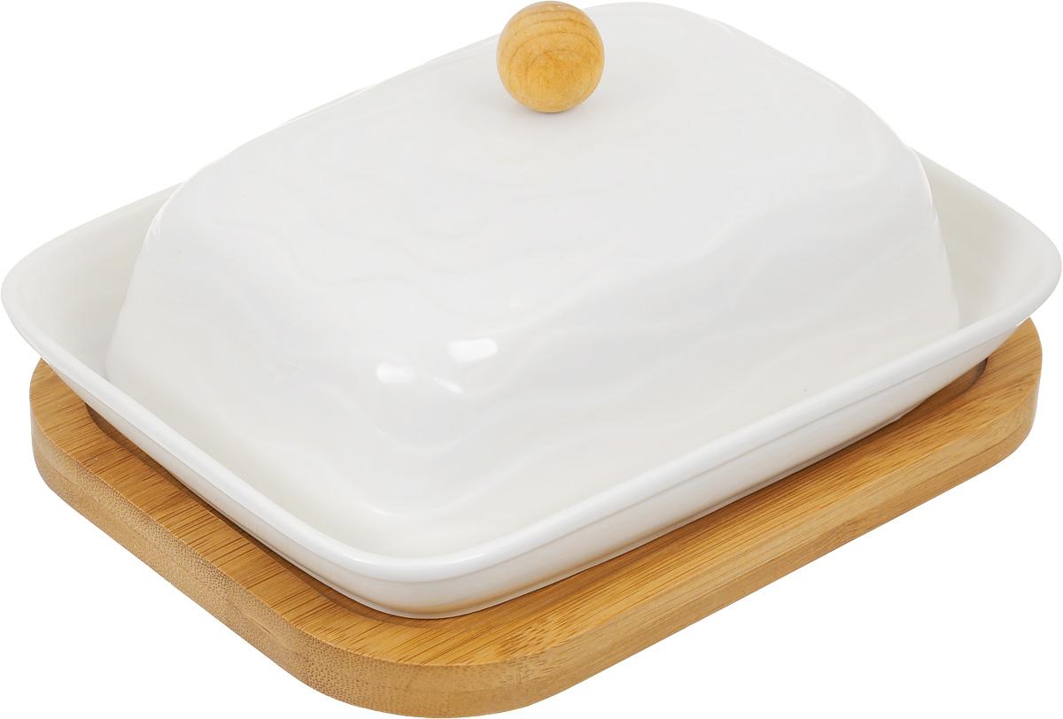 Масленка Elan Gallery Айсберг, на подставке, цвет: белый540070Великолепная масленка Elan Gallery Айсберг, выполненная из высококачественной керамики, предназначена для красивой сервировки и хранения масла. Она состоит из подноса, крышки и подставки. Масло в ней долго остается свежим, а при хранении в холодильнике не впитывает посторонние запахи. Масленка Elan Gallery Айсберг идеально подойдет для сервировки стола и станет отличным подарком к любому празднику.Не рекомендуется применять абразивные моющие средства. Не использовать в микроволной печи.Размер подноса: 16,5 х 12 х 2,5 см.Размер крышки: 14 х 10 х 8 см.Размер подставки: 17 х 13 х 1 см.