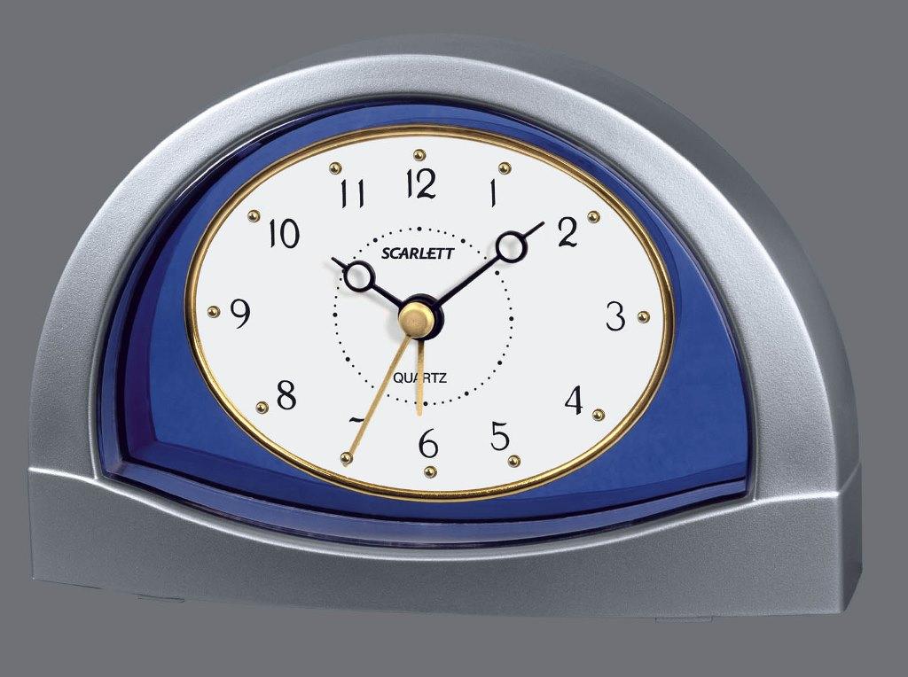 Часы-будильник Scarlett. SC - 854SC - 854Часы будильник Scarlett SC-854 - прибор, необходимый любому человеку. Дизайн представленной модели выполнен в классическом стиле, полуовальная рамка обрамляет циферблат часов. Стрелки золотистого цвета показывают время срабатывания сигнала будильника, а обычные черные демонстрируют текущее время. Сигнал будильника идет непрерывно, пока не будет выключен вручную. Управление настройкой времени и будильника расположено отдельно на задней панели устройства, там же расположен слот для элемента питания формата AA. Внешний вид будильника позволит без труда разместить его в интерьере любой спальни.