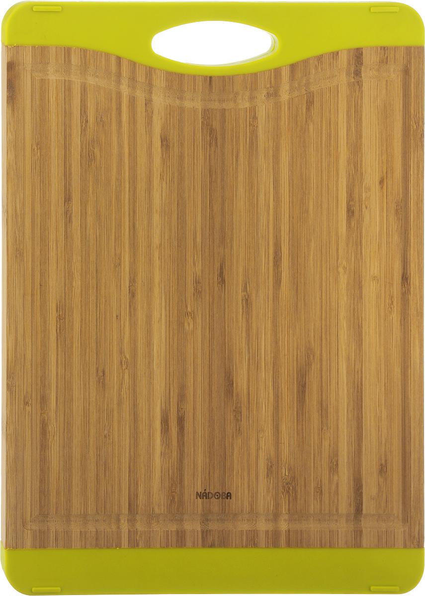 Доска разделочная Nadoba Krasava, 40 х 30 см722110Разделочная доска Nadoba Krasava изготовлена из натурального бамбука. Бамбук обладает природными антибактериальными свойствами. Доска отличается долговечностью, большой прочностью и высокой плотностью, легко моется, не впитывает запахи и обладает водоотталкивающими свойствами, при длительном использовании не деформируется. Изделие снабжено резиновыми вставками, благодаря чему не скользит по поверхности столешницы. Специальные выемки по краям предназначены для стока жидкости. Не рекомендуется мыть в посудомоечной машине.
