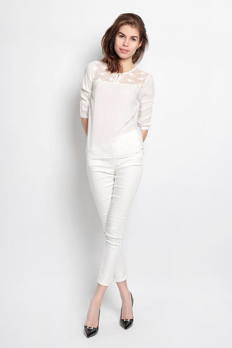 Блузка Sela, цвет: молочный. Tw-112/726-6123. Размер M (46)Tw-112/726-6123Модная блузка Sela займет достойное место в вашем гардеробе. Она выполнена из вискозы, легкая и воздушная, приятная на ощупь, хорошо вентилируется, обеспечивая комфорт. Модель с круглым вырезом горловины и рукавами 3/4 застегивается спереди на пуговицу. Верх блузки выполнен из мягкой микросетки, декорированной вышитыми цветами. Рукава дополнены узкими манжетами, которые застегиваются на пуговицы. Спинка изделия удлинена.Такая блузка поможет создать оригинальный женственный образ и подчеркнет ваш уникальный стиль.