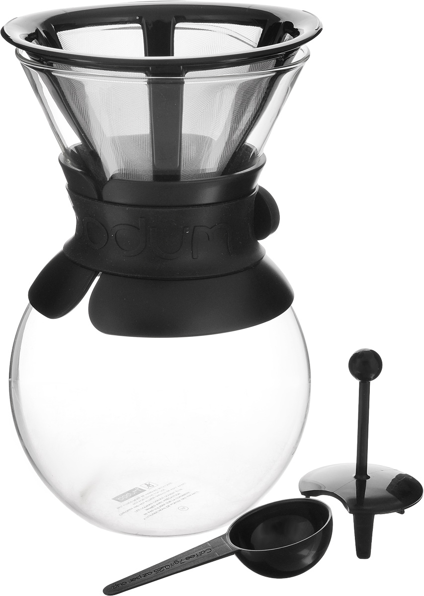 """Кофейник с фильтром Bodum """"Pour Over"""" предназначен для заваривания кофе. Он  гарантирует великолепный, богатый вкус и стойкий аромат при одновременном  сохранении натуральных эфирных масел молотого кофе. Кофейник изготовлен из  боросиликатного термостойкого стекла, снабжен специальной пластиковой  вставкой с силиконовым ремешком, чтобы не обжечь руки. Фильтр выполнен из  пластика с сеткой из коррозионностойкой стали.  Кофейник очень прост в использовании. Заполните воронку молотым кофе,  предназначенным для приготовления капельным способом. Медленно вливайте  горячую воду, дайте воде просочиться сквозь кофе, готовый кофе будет капать в  емкость. В комплекте предусмотрена специальная мерная ложечка на 7 грамм  кофе.  Диаметр емкости (по верхнему краю): 12 см.  Высота емкости (без учета крышки): 21 см.  Размер фильтра: 17 х 13,5 х 10 см. Длина ложки: 10 см."""