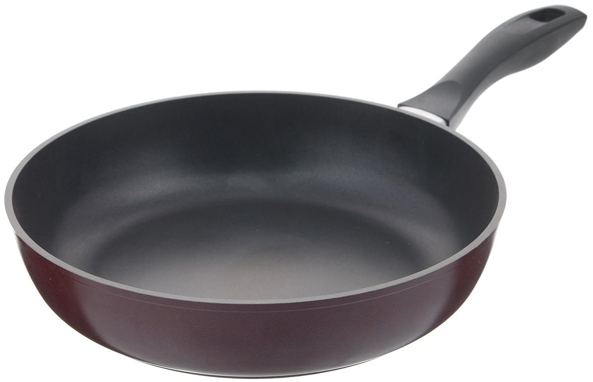 Сковорода Биол Атлас, с антипригарным покрытием. Диаметр 28 см2813ПСковорода Биол Атлас изготовлена из пищевого алюминиевого сплава с антипригарным эко-покрытием Greblon. Утолщенное дно такой посуды быстро и равномерно распределяет тепло, дно посуды проточено до зеркального блеска. Сковорода имеет сверхпрочный корпус, устойчива к появлению царапин, благодаря верхнему слою с усиленными керамическими частицами. При нагревании не выделяет токсичного вещества PFOA. Ручка эргономичной формы выполнена из бакелита. Подходит для газовой, электрической и стеклокерамической плиты. Не подходит для индукционной. Можно мыть в посудомоечной машине. Диаметр (по верхнему краю): 28 см. Высота стенки: 6,6 см. Длина ручки: 16,5 см.