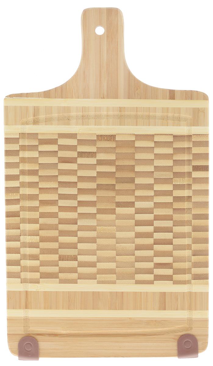 Доска разделочная Mayer & Boch, с ручкой, 38 х 22 см22589Разделочная доска Mayer & Boch изготовлена из экологически чистого бамбука. Бамбук является возобновляемым ресурсом, что делает его безопасным для использования. Изделие не содержит красителей - перманентная краска не выцветает и не смывается. Бамбук впитывает влагу в маленьких количествах и обладает естественными антибактериальными свойствами. Изделие отлично подходит для приготовления и измельчения пищи, а также для сервировки стола. Специальные силиконовые накладки предотвращают скольжение и обеспечивают устойчивость при вертикальном хранении. Доска снабжена ручкой с отверстием для подвешивания на крючок, а также выемками по краю для стока жидкости.