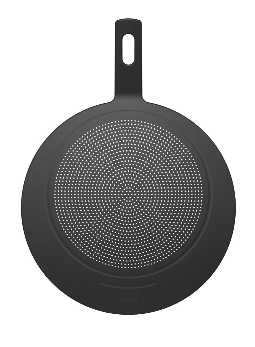 """Крышка """"Fiskars"""" из жаростойкого силикона с отверстиями защищает от брызг и сохраняет тепло внутри сковороды во время жарки. Удобная ручка выполнена из прочного пластика. Крышку также можно использовать для сливания воды и хранения на ней овощей. Подходит для посуды любого диаметра. Можно мыть в посудомоечной машине.   Характеристики:   Общий диаметр крышки: 29 см. Диаметр сита: 22 см. Длина ручки: 10 см."""