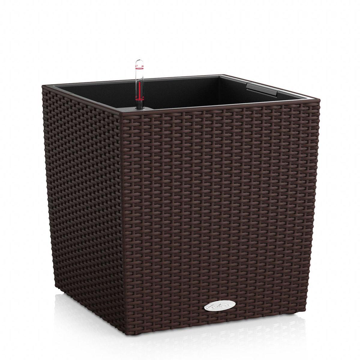 """Кашпо Lechuza """"Cube Cottage"""", изготовленное из  высококачественного пластика, идеальное решение для тех,  кто регулярно забывает поливать комнатные растения.  Стильный дизайн позволит украсить растениями дом, офис,  кафе или любое другое помещение.  Кашпо Lechuza """"Cube Cottage"""" с системой автополива  упростит уход за вашими цветами и поможет растениям  получать то количество влаги, которое им необходимо в  данный момент времени.   В набор входит: кашпо, внутренний горшок, индикатор уровня  воды.   Внутренний горшок, оснащенный выдвижными ручками,  обеспечивает: - легкую переноску даже высоких растений; - легкую смену растений; - можно также просто убрать растения на зиму; - винт в днище позволяет стечь излишней дождевой воде  наружу. Кашпо Lechuza """"Cube Cottage"""" прекрасно впишется в  интерьер больших террас, ресторанов и уютных гостиных.  Изделие поможет расставить нужные акценты и придаст  помещению вид, соответствующий вашим представлениям."""