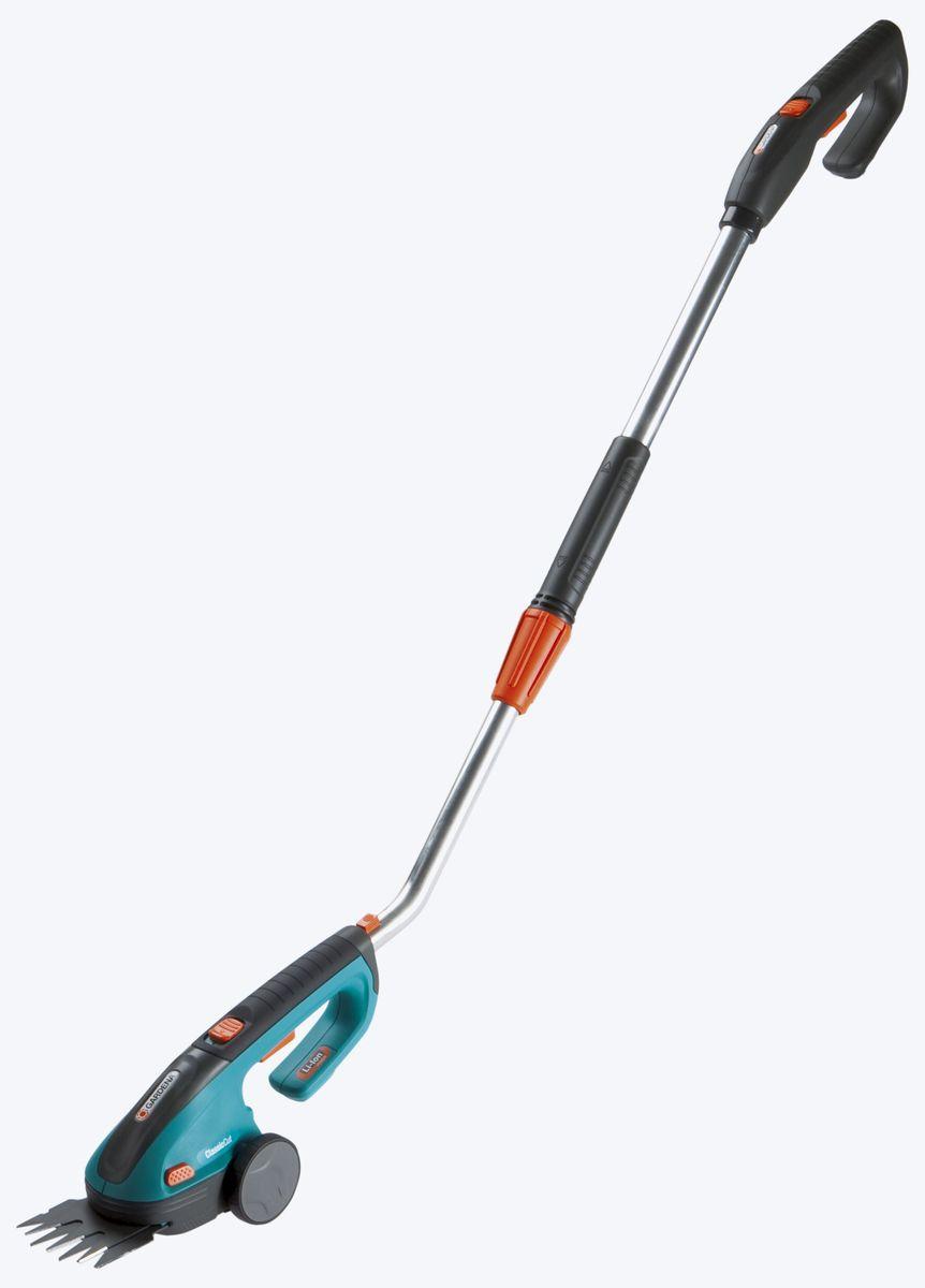 Ножницы для газонов Gardena ClassicCut аккумуляторные с телескопической рукояткой08890-20.000.00Комплект аккумуляторных газонных ножниц Gardena ClassicCut дает возможность с удобством подстригать кромки газонов, не подключая устройство к электросети - и не наклоняясь.В комплект входит телескопическая поворотная рукоятка, позволяющая подстригать газон стоя. Колесики обеспечивают легкое перемещение по траве. Для удобства рукоятка поворачивается в любую сторону с шагом 45°. Плавное изменение высоты от 85 до 120 см для оптимальной регулировки в соответствии с ростом пользователя и выполняемой работой.Мощная, простая в обслуживании литий-ионная аккумуляторная батарея гарантирует легкость работы и прекрасную производительность.Светодиодный дисплей постоянно показывает уровень заряда аккумулятора и позволяет оценить оставшееся время работы, а также вовремя сигнализирует о необходимости подзарядки.Съемные ножи прецизионной заточки имеют покрытие от налипания. Ножи заменяются без помощи инструментов - невероятно просто, быстро и безопасно.В комплект поставки входит зарядное устройство для аккумулятора и защитный чехол для ножа.Без телескопической поворотной рукоятки, которую можно легко снять благодаря бескабельному штекерному соединению, ножницы оптимально подходят для придания формы кустарникам.Благодаря эргономичной рукоятке аккумуляторные газонные ножницы хорошо лежат в руке, а их высокая эффективность обеспечивает превосходные результаты стрижки. По-настоящему универсальный инструмент для ухода за вашим садом!Напряжение аккумулятора - 3,6 В;Емкость аккумулятора - 1,45 А-ч.