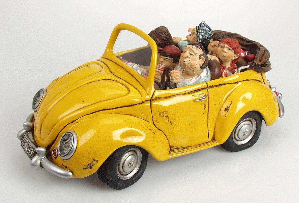 Статуэтка Gillermo Forchino Прогулочный АвтомобильFO85030Сегодня мы будем развлекаться по-настоящему: мы отправляемся в поездку на замечательном автомобиле! - сообщил своим детям прекрасным воскресным утром безумно счастливый Фернандо. Нет, я не поеду! Нет! Нет! И нет! - заплакала его дочь. Мне некогда! Я хочу посмотреть телевизор! - застонал старший сын. Я тоже не поеду! – закричал младший сын. – Я иду играть с друзьями в футбол. Вас никто не спрашивает, хотите вы ехать или нет! Если я сказал: едем развлекаться, значит, мы едем развлекаться! И Вы, бабушка, тоже! - отрезал отец. Бабушка, не говоря ни слова, заколола волосы и первая села в машину. Трое детей, скрестив руки и надув губы, последовали за ней. Жена Фернандо приготовила бутерброды, взяла фрукты и воду, чтобы можно было перекусить в дороге.Непоколебимый Фернандо сказал себе, что если его семья имеет шанс провести вместе прекрасный день, то ничто в мире не сможет заставить его отменить эту замечательную воскресную поездку.