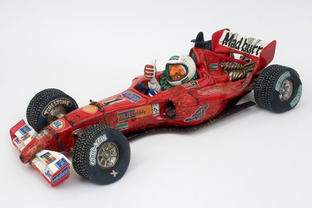 Статуэтка Gillermo Forchino ЧемпионFO85054Мощный мотор болида Формулы-1 ревел, как дикое животное. На втором круге гонки он был уже в лидерах. В машине был ад. Когда до финиша оставалось только два круга, известный пилот Дайдер Хофт почувствовал толчки в левом переднем колесе и заметил пару шурупов, пролетевших в воздухе. Он остановился ровно на 4 секунды на ремонтном пункте, где его умелые механики, благодаря «живому конвейеру», сумели отремонтировать повреждение. Он немедленно улетел, как ракета, оставляя за собой клубы густого черного дыма, и уже на последнем круге был в одной секунде от лидера. На последнем повороте, благодаря невероятному и захватывающему маневру, в нескольких сантиметрах от финишной линии он обошел своего конкурента. Благодаря победе он стал неоспоримым чемпионом мира и будет сохранять этот почетный титул до конца следующего года.