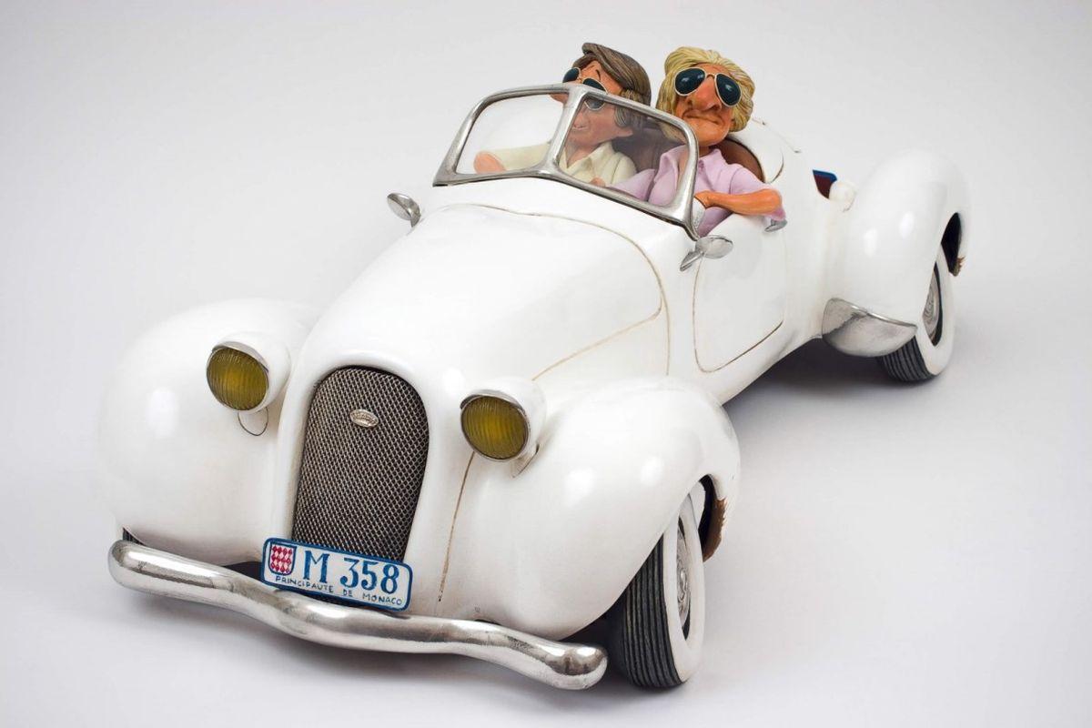 Статуэтка Gillermo Forchino МилашкиFO85058После выигрыша в лотерею Чарли и Пит настаивали, чтобы к ним обращались не иначе, как Чарльз Эдвард и Пьер Хенри. Первое, что они сделали, это купили одежду от известных дизайнеров, очки стиля «Голливуд» и ультрафиолетовую лампу, чтобы иметь безупречный «карибский» загар. Они удалили с груди и спины волосы и стали пользоваться кремом от морщин.Они не забыли купить огненно золотые часы, и в довершение всего они приобрели машину своей мечты, коллекционный кабриолет, который стал предметом зависти соседей.Они катались по городу, изображая из себя VIP персон. Включив музыку на полную громкость, они останавливались на углу улицы и громко обменивались пятью или шестью словами, которые они знали на французском. Увидев двух приближающихся красавиц, они сказали сами себе: «Эти две наши».Когда две милашки прошли перед ними, Чарльз Эдвард надул грудь, принял учтивую позу и, склонив голову на бок, сказал: «Простите, девушки, мы уже где-то встречались?». Обе девушки проигнорировали его и, не говоря ни слова, продолжили свой путь. Отчаянный Пьер Хенри рискнул бросить фразу: «О, девушки, не хотите ли немного покататься?». И услышал, как одна из девушек сказала другой: «Откуда взялись эти клоуны?».После безуспешно проведенного часа Чарли сказал: «А не пойти ли нам выпить пива?». «Конечно. Почему бы нет?» - ответил Пит.Повесив головы и еле волоча ноги, они пошли по направлению к бару на углу, чтобы закончить ночь, как обычно.