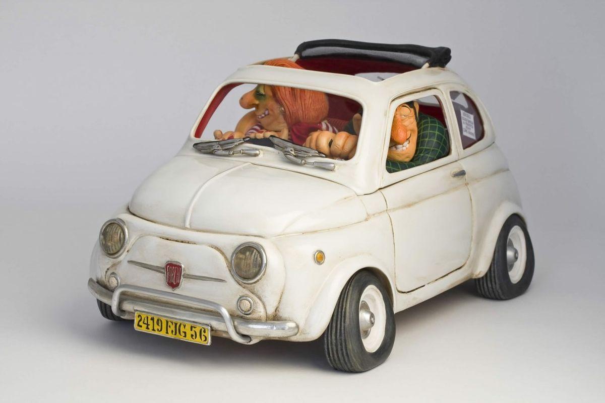Статуэтка Gillermo Forchino Маленькая ПрелестьFO85065Как продавец Данте был асом. Он мог продать холодильник эскимосам и шампунь лысому человеку, он гордился тем, что продал песок арабскому шейху. А спустя шесть месяцев после открытия своего бизнеса по продаже подержанных машин его прибыль быстро пошла вверх.Когда он достиг 50 лет, то решил изменить свою жизнь. Он покрасил свои волосы и усы в черный угольный цвет, сделал маникюр, поменял свой гардероб на солидные жилеты, вышитые рубашки и ботинки из кожи крокодила.Все было бы великолепно, если бы несколько покупателей не предприняли ограбление его магазина, во время которого один из грабителей огромным крестом выбил хозяину зуб. Данте даже не расстроился, он пошел к дантисту и вставил себе золотой зуб. Теперь он считает, что имеет не только лучшую улыбку, но даже стал выглядеть намного более солидно, что делает его неотразимым в глазах женщин.