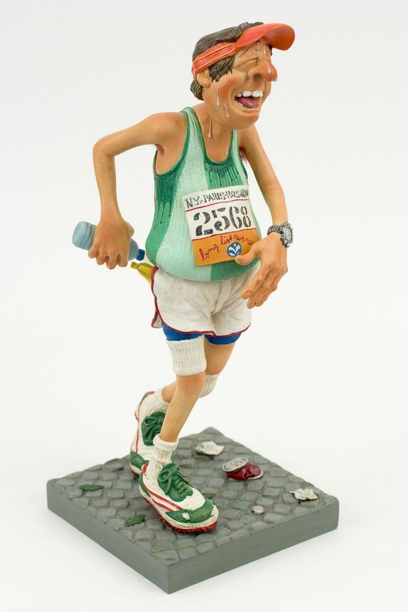 Статуэтка Gillermo Forchino БегунFO85513Гордость не позволяла Мауро Мачадо допустить, чтобы его жена считала, что в юности он имел такой же живот, как и теперь. Он решил, что лучший способ доказать ей обратное – это начать бегать, и он зарегистрировался для участия в ежегодном марафоне.Когда был дан старт, он мгновенно протиснулся сквозь толпу бегунов и оказался впереди всех. Первые пятьдесят метров дистанции, он не мог поверить в это, но он бежал один впереди всех. Довольный собой, он ощущал себя газелью. Через сто метров первые бегуны начали настигать его. Через пятьсот метров он снова бежал один, наблюдая, как другие спортсмены далеко впереди продолжали дальше и дальше убегать по дистанции. Он не мог понять, был ли причиной его безумный прорыв в начале гонки или то, что он осушил две бутылки с водой, но через семьсот метров он почувствовал боль в левом боку.Через восемьсот метров все его движения стали такими, как при замедленной съемке. Мауро был как будто во сне, он не чувствовал ни рук, ни ног, ему казалось, что он плывет… Он видел себя как бы со стороны, перед его глазами прошла вся его жизнь. Ласковый голос вывел его из забытья. Он понял, что лежит на спине, и кто-то трогает его за плечо. Он попытался встать, но чья-то рука остановила его. «Спокойно, сэр! Перестаньте притворяться, что Вы Карл Льюис! И не двигайтесь!» - сказал спортивный доктор и поправил на Мауро кислородную маску.