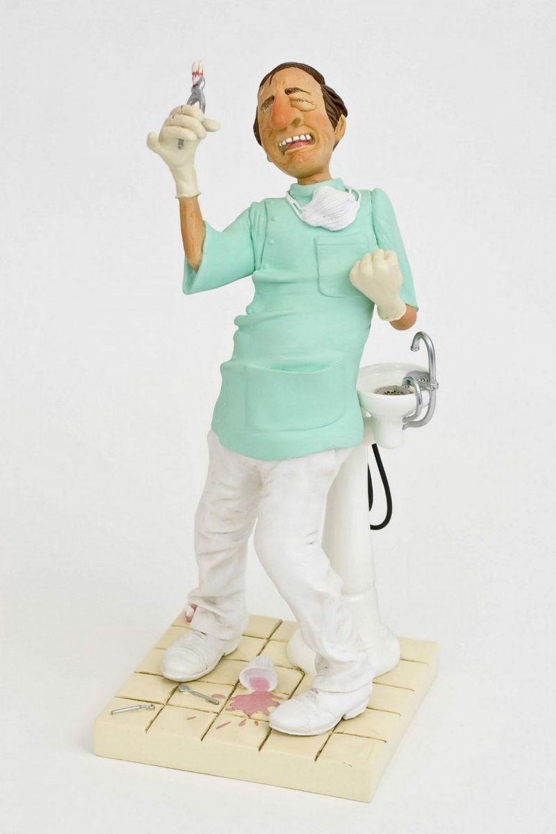 Статуэтка Gillermo Forchino ДантистFO85515Пакита Гутиерес до смерти боялась дантистов. Последние несколько дней её мучила сильная зубная боль. Сначала она надеялась, что боль пройдет сама. Потом она перепробовала все таблетки из аптечки. Через три дня она пошла к своей соседке Кармен, которая провела с ней профилактическую беседу. Через пять дней, не способная больше терпеть боль, она договорилась о встрече с выдающимся дантистом доктором Саломоном Мимраном, чье имя было известно всему Парижу. Пакита, с челюстью, искаженной ужасным абсцессом, села в кресло дантиста, как на электрический стул.Октор! Будет ольно?- спросила Пакита, от боли искажая слова. Нет, мадам, Вы ничего не почувствуете!- обманул ее доктор. - Вы находитесь в хороших руках. Откройте рот, давайте посмотрим на Ваш больной зуб. Ооой!.. Он уже отквыт!!!- сказала Мадам Гутиерес.После нескольких уколов анестезия начала действовать. Она почувствовала, что язык обмяк и стал, как тряпка. Она хотела что-то сказать, но издавала только гортанные звуки. Доктор думал, что это легкий случай, но после того, как вторая пара щипцов сломалась в его руках, он начал сомневаться. Расслабьтесь, все хорошо- лгал доктор, а сам для удобства упирался ногой в левое плечо своей пациентки. Пакита Гутиерес жалела, что не исполняется ее желание о легком избавлении от боли. После 40 минут борьбы при помощи нечеловеческого усилия доктор сумел извлечь зуб из челюсти пациентки. С гордостью он начал его внимательно изучать… и вдруг почувствовал, как капли пота потекли у него по спине. Давайте посмотрим… - сказал доктор и задрожал, когда увидел, что зуб, который он держал щипцами, был совершенно здоров.