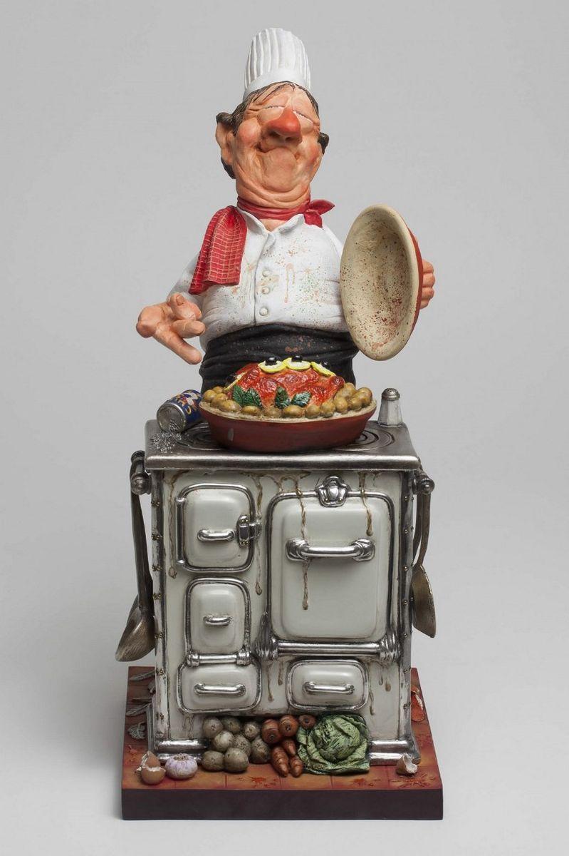 Статуэтка Gillermo Forchino Шеф-ПоварFO85524Когда Жан Теруджи был маленьким, он любил помогать своей бабушке. Когда она пекла пироги, он больше всего любил слизывать тесто с ложки. Жан всегда знал, что станет поваром, но не каким-нибудь простым, а шеф-поваром. После двух лет учебы в престижной кулинарной школе, настал день выпускного экзамена. Экзаменаторы попросили Жана приготовить… яичницу! Не показывая своего удивления на столь необычную просьбу, он принял профессиональную позу и, изящно двигаясь, стал разогревать оливковое и сливочное масло. Он разбил яйцо и, отделив белок, начал его жарить. Затем он добавил соль и перец и через мгновение величественным движением руки положил желток в центр. Две минуты спустя он снял сковородку с огня, выложил яичницу на большую фарфоровую тарелку, украсил её двумя веточками лука и присыпал по краю паприкой, чтобы добавить яркого цвета. Энергично кружась в пируэте, преисполненный гордости, Жан преподнес тарелку членам комиссии. Все было бы прекрасно, если бы яичница не соскользнула с тарелки и не упала под ноги жюри.