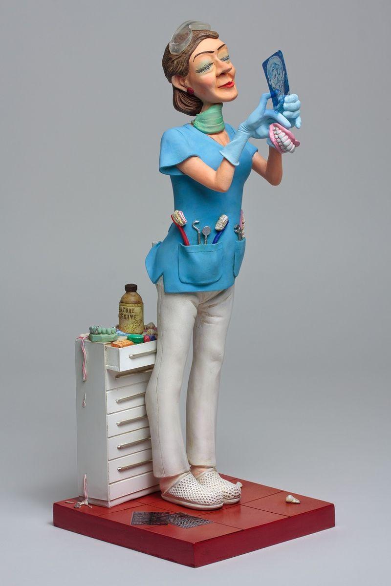 Статуэтка Gillermo Forchino Леди ДантистFO85534«Доктор, будет очень больно?» - спросил испуганный пациент у Мэрилуз Леон, дантиста клиники «Счастливый Зуб», которая, слегка раздражаясь, ждала, держа в руке бормашину. «Конечно, нет, дорогой, Вы ничего не почувствуете, - ответила она, пытаясь успокоить пациента. – Когда я начну сверлить, возьмите в руку тюбик зубной пасты, и если будет слишком больно, сильно сожмите его, чтобы успокоиться.» И как только врач поднесла сверло ко рту пациента, он с такой силой сдавил тюбик, что вся паста вылетела из него, и Мерилуз почувствовала, что её лицо покрыто пастой, как если бы в неё кто-то кинул торт.
