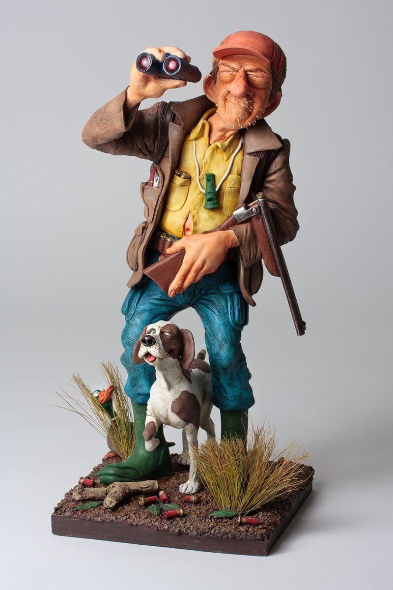 Статуэтка Gillermo Forchino ОхотникFO85535Саша надел сапоги, взял своё ружьё, шапку и сумку с патронами. Его собака Том, увидев Сашины приготовления, вскочила и приготовилась бежать. «Дорогая, мы собираемся пойти на охоту», – сказал Саша своей жене. Затем, прищурив глаза, уверенно добавил: «Сегодня на ужин у нас будет утка.»После шести часов изнурительного хождения по болотам, истратив все патроны, он стал использовать палки и камни, попадавшиеся ему на дороге, но так и не смог подбить ни одной утки.К счастью, местный супермаркет был ещё открыт. В тот вечер семья Саши ела на ужин сочную курицу.