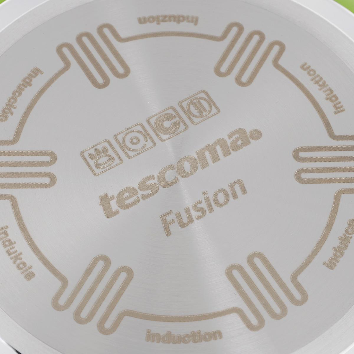 """Сковорода Tescoma """"Fusion"""" изготовлена из  нержавеющей стали с высококачественным  антипригарным керамическим покрытием. Керамика  не содержит вредных  примесей ПФОК, что способствует здоровому и  экологичному приготовлению  пищи. Кроме того, с таким покрытием пища не  пригорает и не прилипает к  стенкам, поэтому можно готовить с минимальным  добавлением масла и жиров.  Гладкая, идеально ровная поверхность сковороды  легко чистится, ее можно мыть  в воде руками или вытирать полотенцем.  Эргономичная ручка специального  дизайна выполнена из цветного пластика, удобна в  эксплуатации. Можно мыть в  посудомоечной  машине. Сковорода подходит для использования на газовых,  электрических, стеклокерамических и  индукционных плитах.   Диаметр: 20 см. Высота стенки: 5 см. Длина ручки: 16 см."""