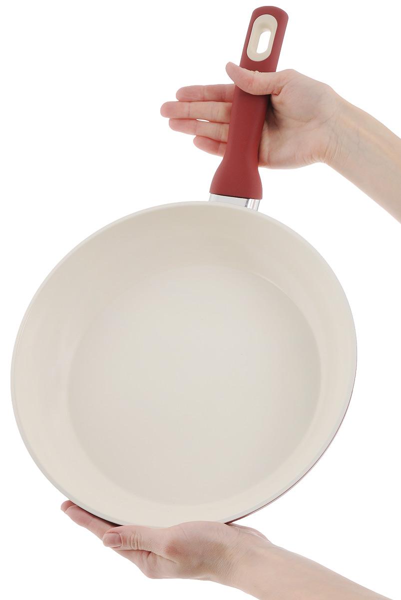 """Сковорода Tescoma """"Vitapan"""" изготовлена из высококачественной нержавеющей стали с антипригарным керамическим покрытием. Керамическое покрытие имеет повышенную стойкость к высоким температурам, температурному шоку и механическому износу. Изделие снабжено эргономичной ручкой с нескользящей поверхностью. Можно мыть в посудомоечной машине. Подходит для всех видов плит, в том числе и для индукционных. Диаметр (по верхнему краю): 28 см. Высота стенки: 6 см. Длина ручки: 20 см."""