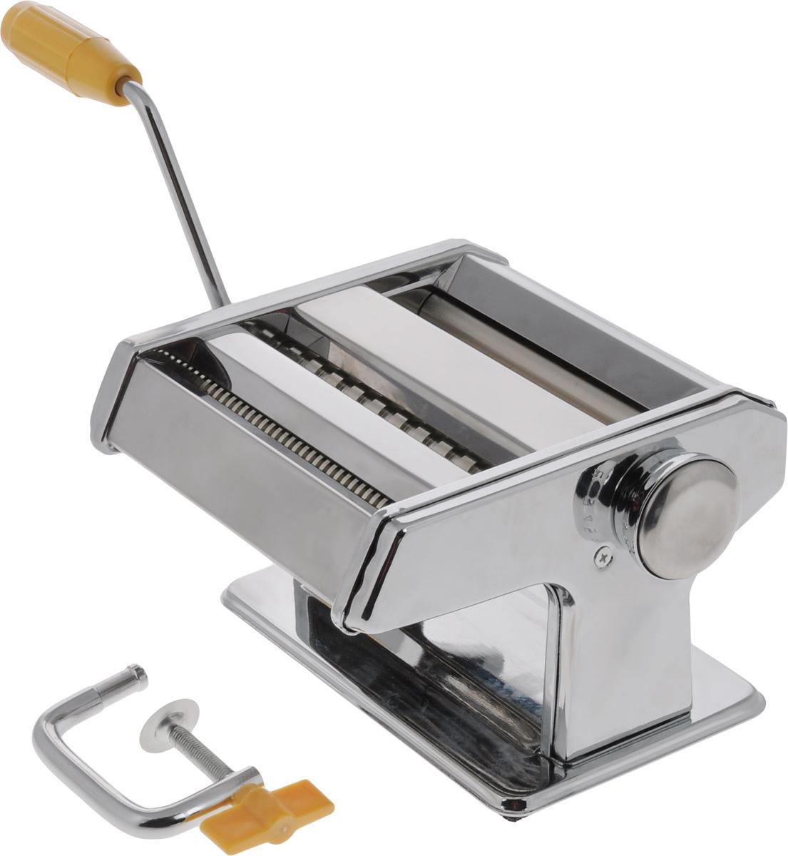 Лапшерезка ручная Mayer & Boch22603Ручная лапшерезка Mayer & Boch изготовлена из высококачественной углеродистой стали с зеркальной полировкой. Изделие прекрасно подходит для раскатки теста для лазаньи, домашней лапши или пасты. Лапшерезка оснащена валиком для раскатки теста и съемной ручкой. В комплекте - струбцина для крепления к столу. Принцип работы лапшерезки очень прост: вращая рукоятку, вы запускаете валики, которые позволяют раскатать идеально тонкое тесто, с помощью ручки раскатанное тесто также можно разрезать на узкие или широкие полоски. Для удобства использования ручка оснащена пластиковой вставкой.Лапшерезка Mayer & Boch имеет 9 режимов толщины раскатки теста и позволяет нарезать 2 вида лапши.Размер лапшерезки (ДхШхВ): 18,5 х 18,5 х 13 см.Ширина плоской лапши: 6,5 мм.Ширина спагетти: 2 мм.