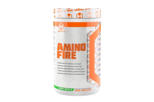 Аминокислоты Hardlabz Amino Fire, яблоко, 450 г00901Hardlabz Amino Fire – аминокислотный напиток с превосходным вкусом, который помогает предотвратить разрушение мышечной ткани, повышает выносливость, ускоряет восстановление, предотвращает обезвоживание.Какой эффект дают ингредиенты, входящие в состав Amino Fire. Продукт содержит незаменимые аминокислоты и БЦАА, которые улучшают анаболизм во время и после тренировки, эффективно борются с катаболизмом, повышают выносливость. Но, кроме того, что бы дать вам еще большую отдачу от тренировок, комплекс был дополнительно усилен отдельными аминокислотами: L-Глутамином, Бета-Аланином, L-Аргинином, L-Цитруллином и L-тирозином.Глютамин - условно незаменимая аминокислота, входящая в состав белка и необходимая для эффективного роста мышц и поддержки иммунной системы. Глютамин в достаточно больших количествах циркулирует в крови и накапливается в мышцах и является самой распространенной аминокислотой организма, а мышечные клетки состоят из него на 60%. Но, не смотря на это, всем без исключения атлетам рекомендуется дополнительный приём глютамина. Ваши мышцы восстановятся быстрее, благодаря чему можно тренироваться чаще и интенсивней. Кроме того, глютамин помогает поддерживать иммунитет и вызывает подъем уровня гормона роста.Бета-аланин повышает концентрацию карнозина в мышцах. По данным исследований карнозин является важным буфером в мышечной ткани, который препятствует закислению среды во время интенсивных упражнений. Данный компонент эффективно устраняет боль в мышцах после тренировки и, как было доказано, ускоряет восстановление после травм.Аргинин повышает уровень оксида азота в теле. Оксид азота является главным компонентом в увеличении кровотока, подаче кислорода и питательных веществ. Все это приводит к доставке дополнительных питательных веществ, содержащихся в Amino Fire, которые мышечная ткань может использовать напрямую, таким образом обеспечивая вечную накачку.Цитруллин малат способствует скорейшему выведению таких т