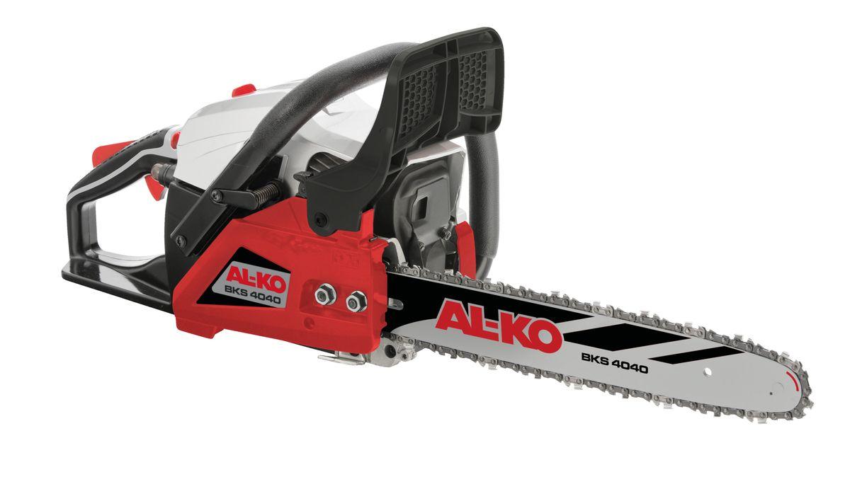 """Легкая и удобная бензопила AL-KO """"BKS4040"""" - это универсальный помощник для работ в доме и на приусадебном участке. Высокая производительность и долгий срок службы обеспечиваются благодаря оригинальной шине и цепи Oregon. Цепь смазывается автоматически. Надежную фиксацию пилы обеспечивают встроенные упоры. Фильтр легко чистится.Объем: 40,1 см3.Объем топливного бака: 0,39 л.Скорость вращения цепи: 21 м/сек.Длина направляющей: 40 см."""