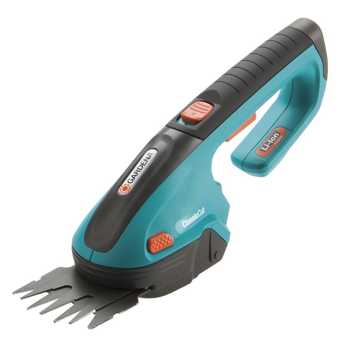 Ножницы аккумуляторные Gardena ClassicCuT08885-20.000.00С аккумуляторными газонными ножницами Gardena ClassicCut вы сможете легко подстричь кромки газонов без подключения к электросети. Кроме того, в комплект входит нож для травы и кустарников (ширина 8 см), благодаря чему ножницы могут использоваться для придания формы кустарнику наподобие самшита. Мощная, простая в обслуживании литий-ионная аккумуляторная батарея гарантирует легкость работы и прекрасную производительность. Светодиодный дисплей постоянно показывает уровень заряда аккумулятора и позволяет оценить оставшееся время работы, а также вовремя сигнализирует о необходимости подзарядки. Благодаря эргономичной рукоятке аккумуляторные газонные ножницы хорошо лежат в руке, а их высокая эффективность обеспечивает превосходные результаты стрижки. Съемные ножи прецизионной заточки имеют покрытие от налипания. Ножи заменяются без помощи инструментов - невероятно просто, быстро и безопасно. Это дает возможность легко преобразовать газонные ножницы в кусторезы. В комплект поставки аккумуляторных газонных ножниц входит зарядное устройство и защитный чехол для ножа.Напряжение аккумулятора: 3,6 В.Емкость аккумулятора: 1,45 Ач.Время зарядки батареи: приблизительно 6 ч.Тип аккумулятора: Li-lon.Время работы: 45 мин.Ширина стрижки: 8 см.