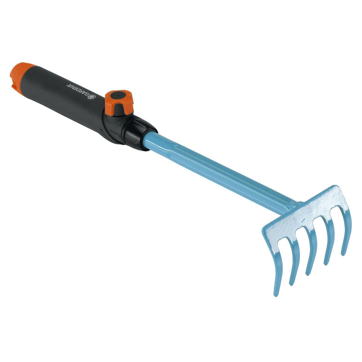 Грабли цветочные Gardena08926-20.000.00Грабли цветочные Gardena идеально подходят для сгребания и рыхления почвы. Ручка специальной формы удобно лежит в руке, что облегчает работу. Ручка легко снимается и может быть заменена на любую другую ручку, которая будет подходить пользователю по росту и избавит от необходимости нагибаться. Грабли цветочные выполнены из высококачественной стали с покрытием из дюропласта. Рабочая ширина: 8,5 см.