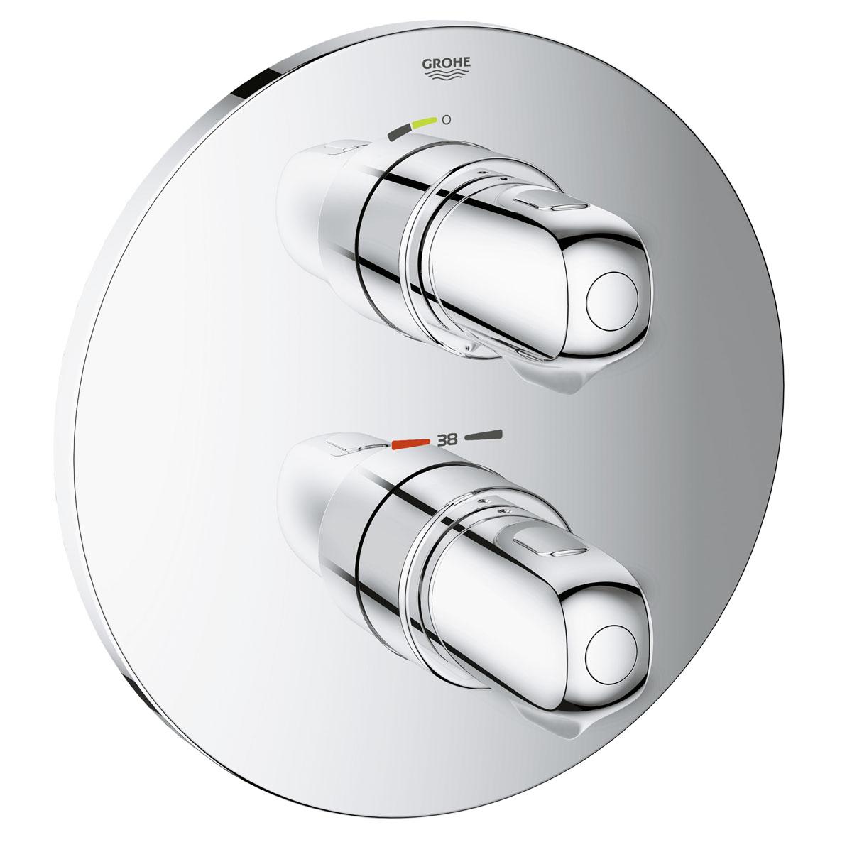 """Термостат Grohe """"Grohtherm 1000 New"""" с глянцевым покрытием позволит вам модернизировать  оснащение своей ванной комнаты. С помощью эргономичных металлических рукояток  температуру и напор воды можно регулировать с минимальным усилием – даже если у вас  намылены руки. Механизм защиты от ошпаривания SafeStop не позволяет пользователям  случайно увеличить температуру воды до опасных значений. Клавиша экономичного режима EcoButton позволит сократить расход воды почти вдвое.  Устойчивое к царапанию глянцевое хромированное покрытие Grohe StarLight придает данному  элементу оборудования неприхотливость в уходе. Система Grohe QuickFix делает процесс  установки простым и понятным."""