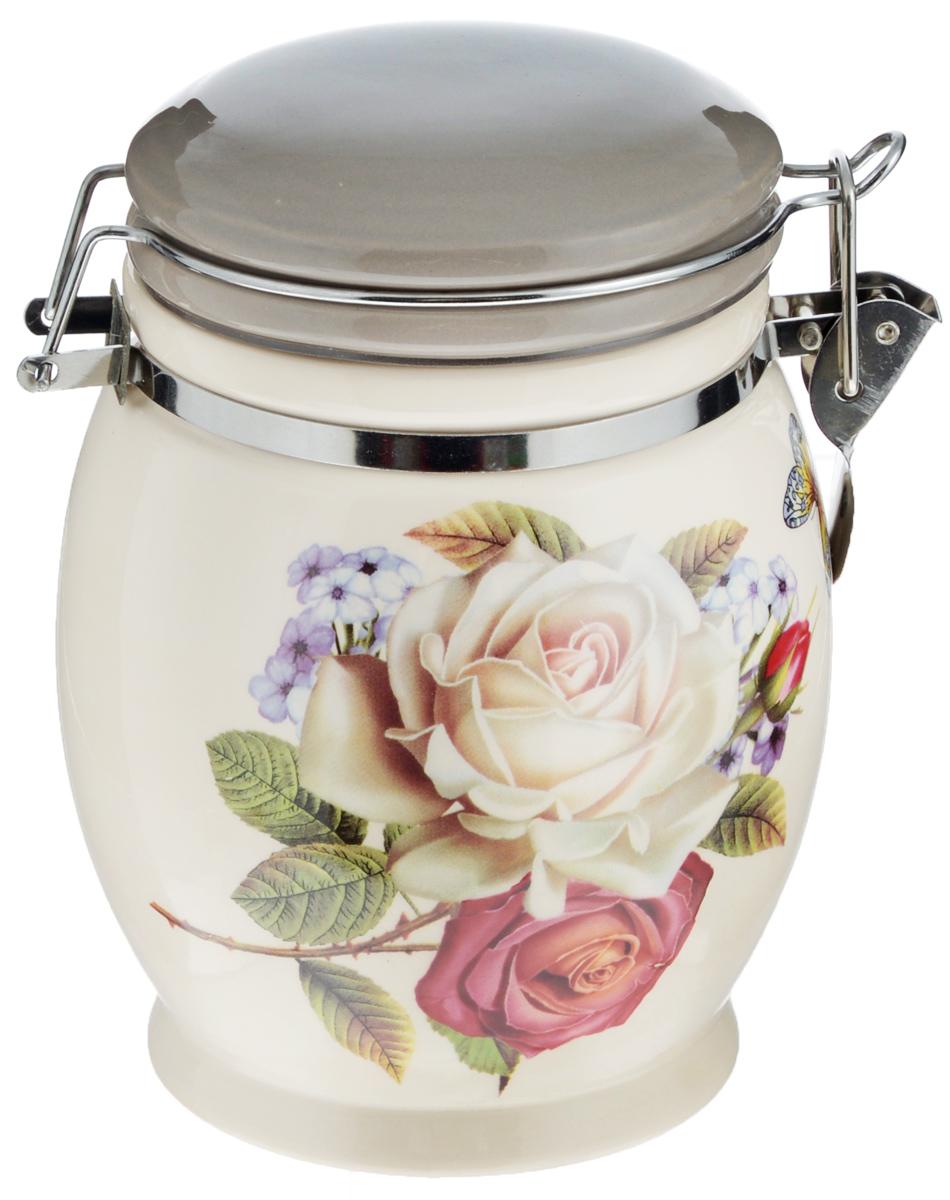 Банка для сыпучих продуктов Loraine Розы, 690 мл21700Банка для сыпучих продуктов Loraine Розы изготовлена из прочной доломитовой керамики, покрытой слоем сверкающей гладкой глазури. Изделие оформлено красочным изображением роз и бабочки.Банка прекрасно подойдет для хранения различных сыпучих продуктов: чая, кофе, сахара, круп и многого другого. Благодаря силиконовой прослойке и бугельному замку, крышка герметично закрывается, что позволяет дольше сохранять продукты свежими.Изящная емкость не только поможет хранить разнообразные сыпучие продукты, но и стильно дополнит интерьер кухни.Изделие подходит для использования в посудомоечной машине и в холодильнике.Диаметр (по верхнему краю): 9 см.Высота банки: 15,5 см.