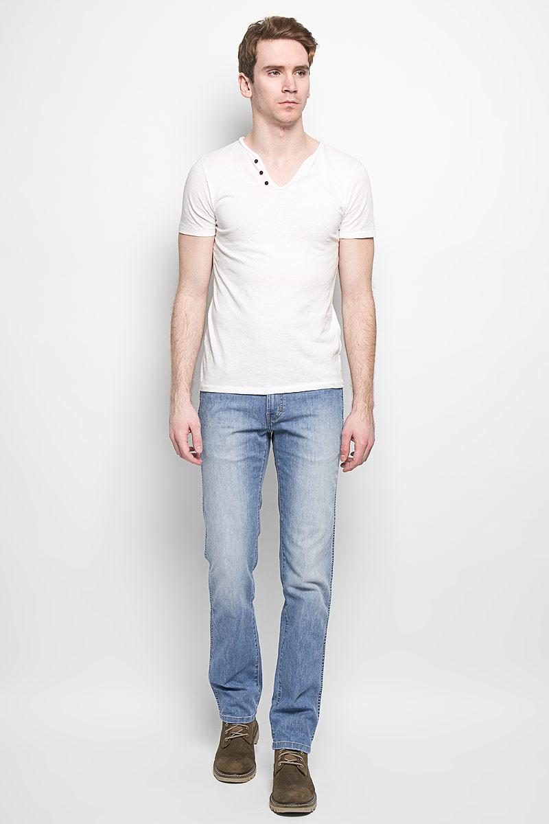 Джинсы мужские Wrangler Arizona Stretch, цвет: голубой. W12OZS70G. Размер 33-34 (48/50-34)W12OZS70GМужские джинсы Wrangler станут отличным дополнением к вашему гардеробу. Джинсы выполнены из эластичного хлопка. Изделие мягкое и приятное на ощупь, не сковывает движения и позволяет коже дышать. Модель на поясе застегивается на металлическую пуговицу и имеет ширинку на застежке-молнии, а также шлевки для ремня. Спереди расположены два втачных кармана и один маленький накладной, а сзади - два накладных кармана. Изделие с легким эффектом потертости оформлено контрастными отстрочками, украшено нашивкой с названием бренда. Современный дизайн, отличное качество и расцветка делают эти джинсы модным, стильным и практичным предметом мужской одежды. Такая модель подарит вам комфорт в течение всего дня.