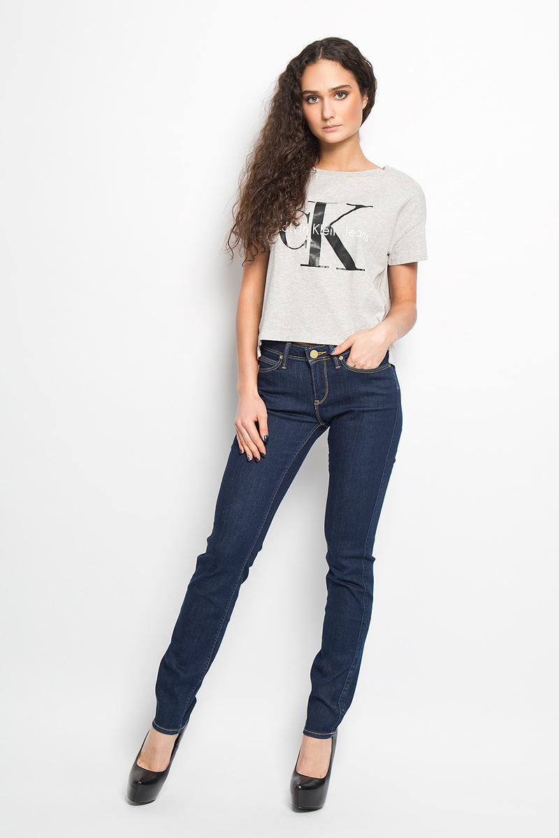 Джинсы женские Lee Emlyn, цвет: темно-синий джинс. L370HAKT. Размер 27-31 (42/44-31)L370HAKTСтильные женские джинсы Lee Emlyn - отличная модель на каждый день, которая прекрасно вам подойдет. Изделие изготовлено из высококачественного хлопка с добавлением полиэстера и эластана. Джинсы прямого кроя и средней посадки на талии застегиваются на металлическую пуговицу, также имеются ширинка на застежке-молнии и шлевки для ремня. Спереди модель дополнена двумя втачными карманами со скошенными краями и небольшим накладным кармашком, а сзади - двумя накладными карманами. Модель оформлена модной контрастной отстрочкой. Эти эффектные и в то же время комфортные джинсы послужат превосходным дополнением к вашему гардеробу.