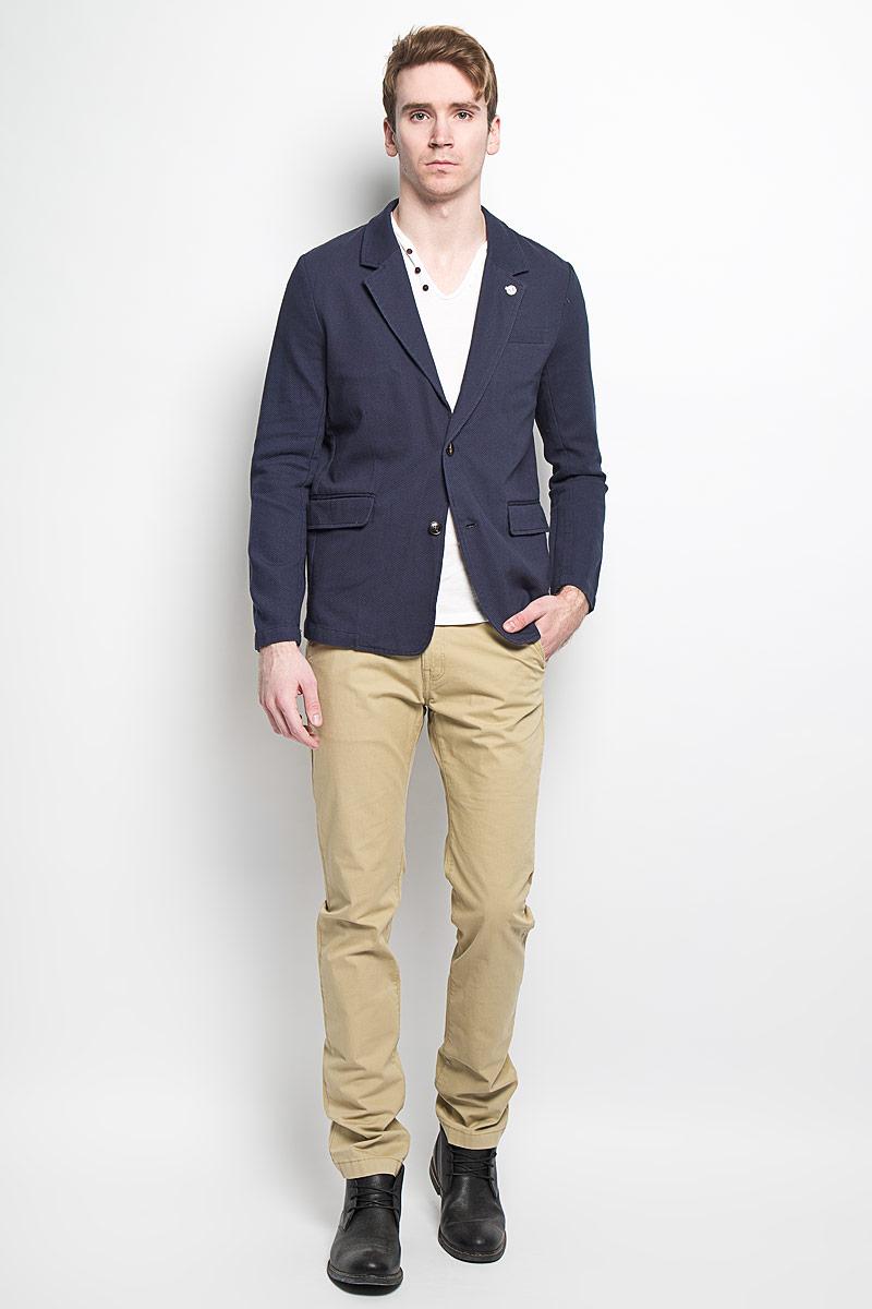 Пиджак мужской Sela, цвет: темно-синий. JTw-216/114-6162. Размер 52JTw-216/114-6162Классический мужской пиджак Sela изготовлен из натурального фактурного хлопка, благодаря чему он приятен на ощупь и обеспечит вам комфорт и удобство при носке. Внутренняя отделка пиджака выполнена также из хлопка.Пиджак с воротником с лацканами и длинными рукавами застегивается на две пластиковые пуговицы. Воротник с одной стороны фиксирован блестящей пуговицей. Манжеты рукавов также дополнены декоративными пуговицами. Пиджак имеет прорезной карман на груди, два прорезных кармана с клапанами и два внутренних прорезных кармана. Спинка пиджака для более комфортной носки дополнена двумя шлицами.Этот модный и в тоже время комфортный пиджак отличный вариант как для офиса, так и для повседневной носки. Он станет великолепным дополнением к вашему гардеробу, а благодаря классическому фасону, такой пиджак будет прекрасно сочетаться с любыми нарядами.