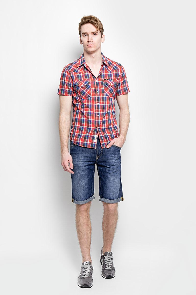 Шорты мужские Lee, цвет: темно-синий джинс. L724DEQO. Размер 34 (50)L724DEQOСтильные мужские шорты Lee, изготовленные из натурального хлопка, необычайно мягкие и приятные на ощупь, не сковывают движения, обеспечивая наибольший комфорт, позволяют коже дышать. Модель прямого покроя на талии застегивается на металлическую пуговицу, также имеются ширинка на пуговицах и шлевки для ремня. Спереди шорты дополнены двумя втачными карманами со скошенными краями и накладным карманом, сзади - двумя накладными карманами. Шорты оформлены эффектом потертости и перманентными складками.Края брючин имеют не подшитые отвороты, которые можно в любой момент развернуть, увеличив тем самым длину шорт. Эти шорты - идеальный вариант для жарких летних дней.